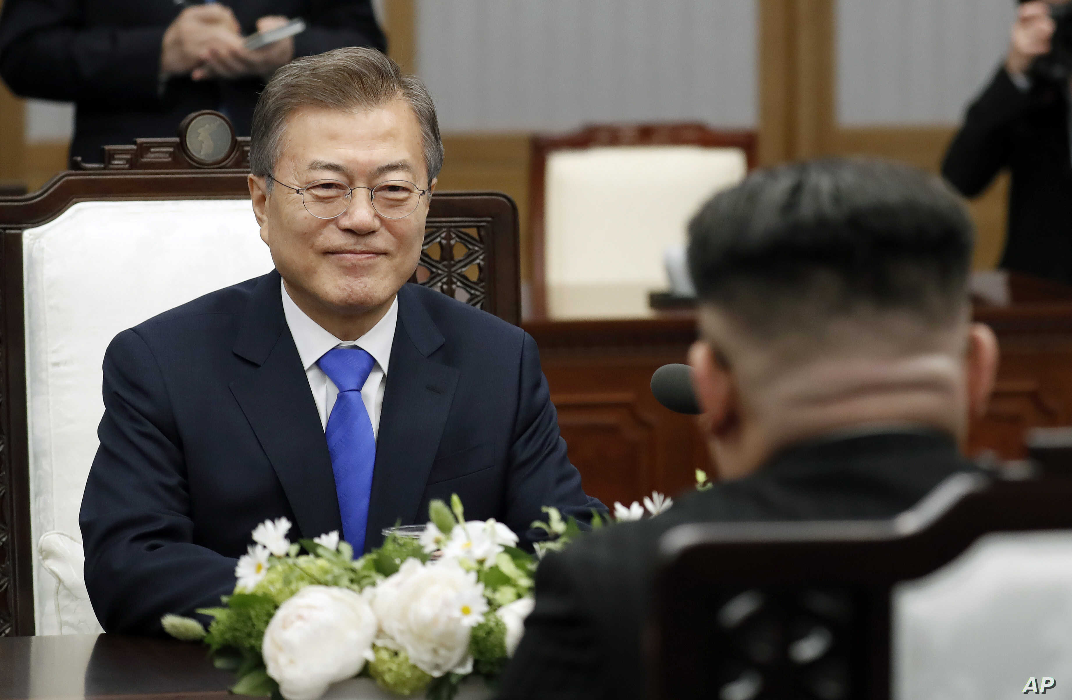 South Korean President Moon Jae-in meets with North Korean leader Kim Jong Un at Peace House of the Panmunjom in the Demilitarized Zone, South Korea, April 27, 2018.