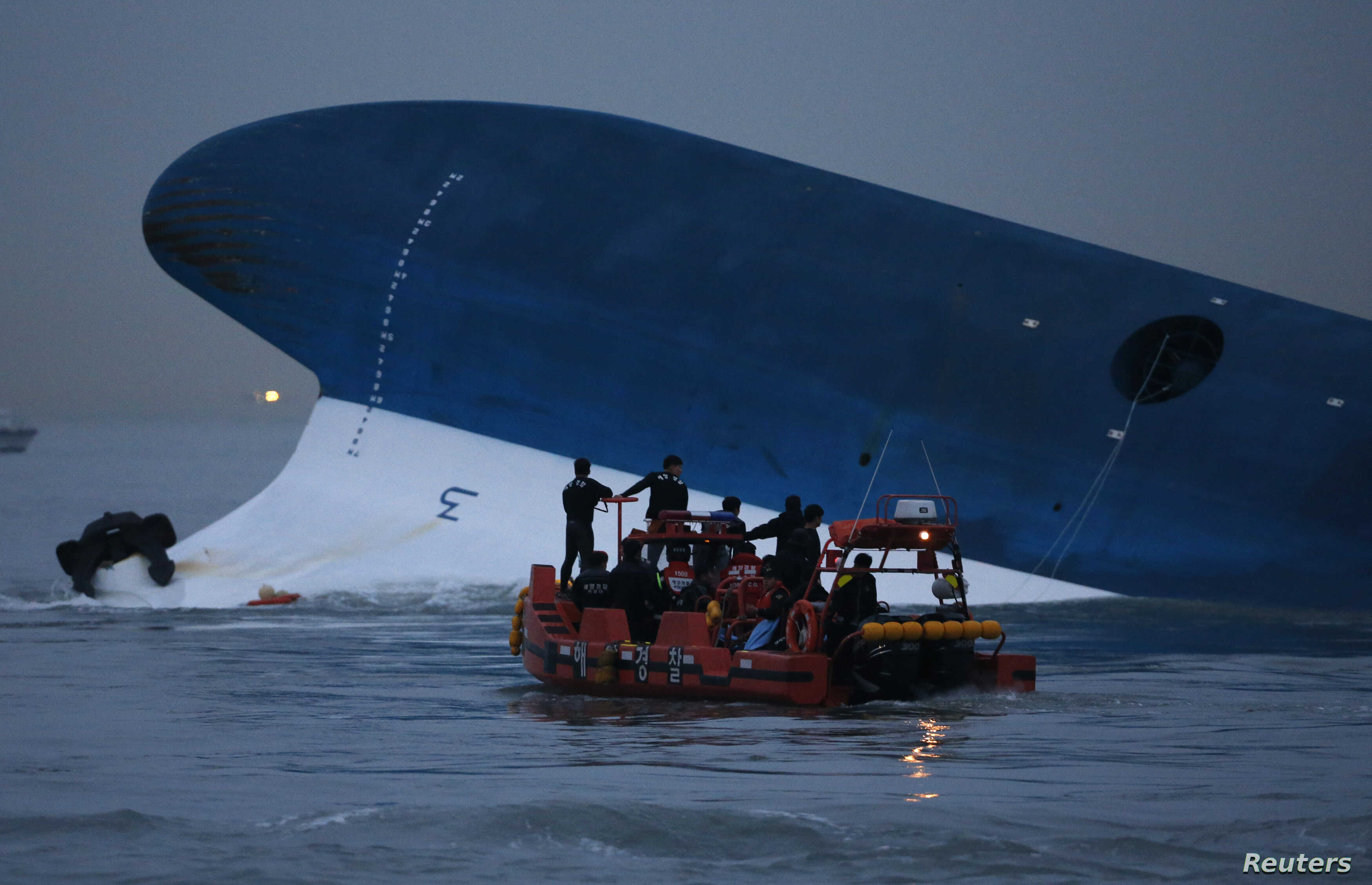 "Maritime police search for missing passengers in front of the South Korean ferry ""Sewol"" which sank at the sea off Jindo April 16, 2014. REUTERS/Kim Hong-Ji"