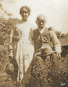 Emily Dickinson servant Henry Hawkins with his grand-daughter Helen Pettijohn.