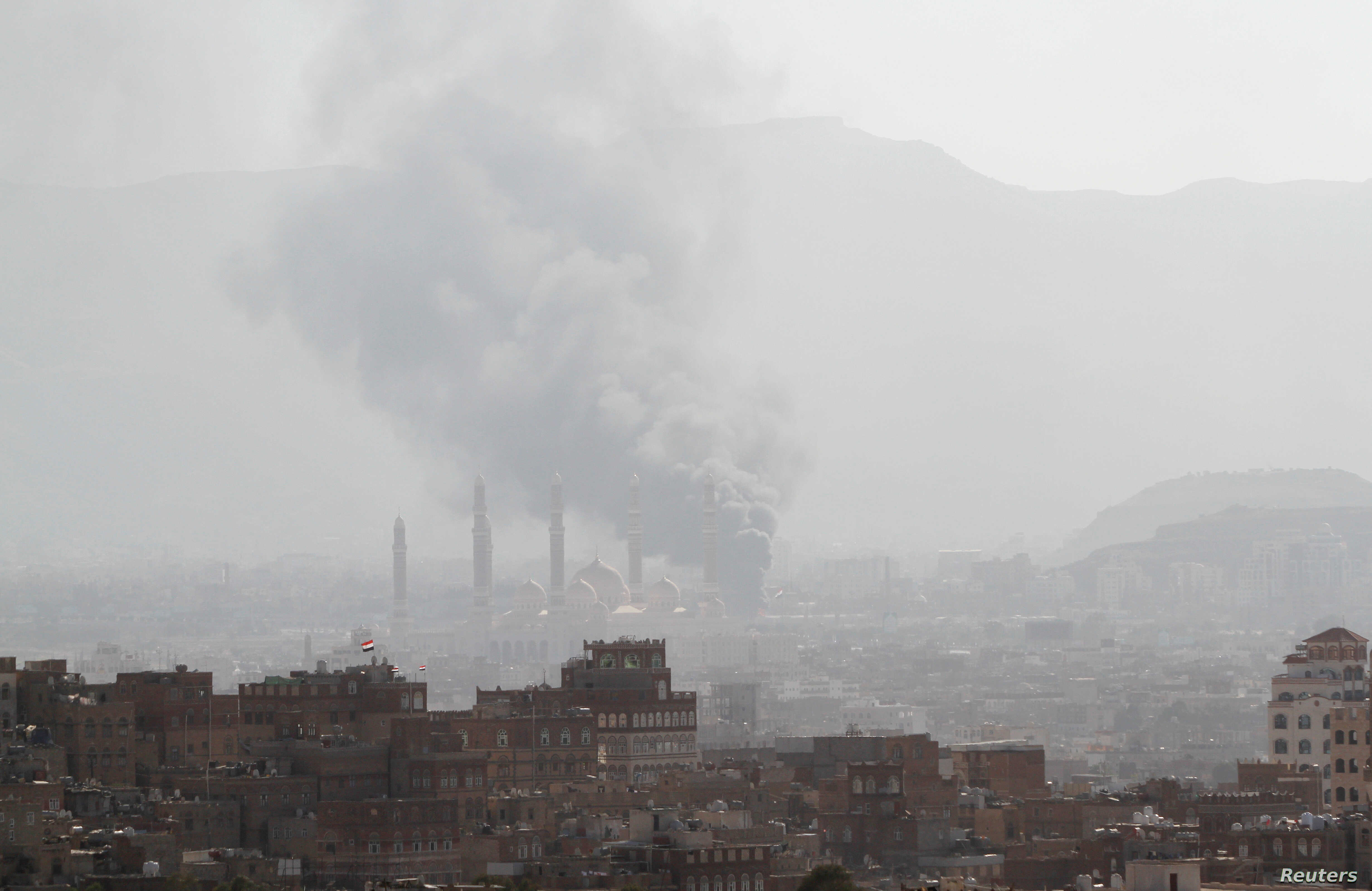 Smoke rises during a battle between forces loyal to former Yemeni President Ali Abdullah Saleh and Houthi fighters, in Sana'a, Yemen, Dec. 2, 2017.