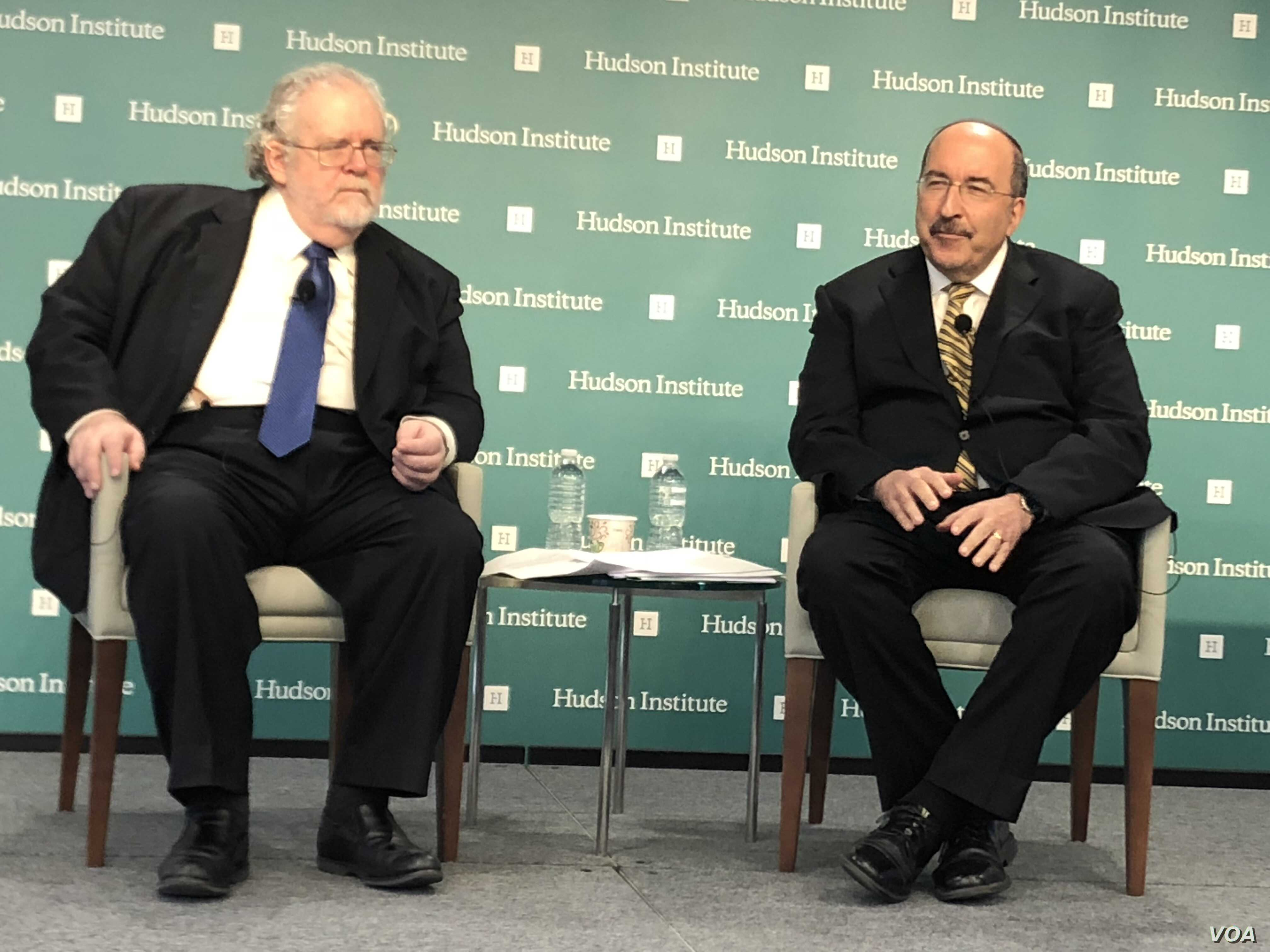 Former Israeli Ambassador to the U.N. Dore Gold, right, participates in a dialogue with the Hudson Institute's Walter Russell Mead in Washington on Nov. 27, 2018 (M. Lipin, VOA Persian)