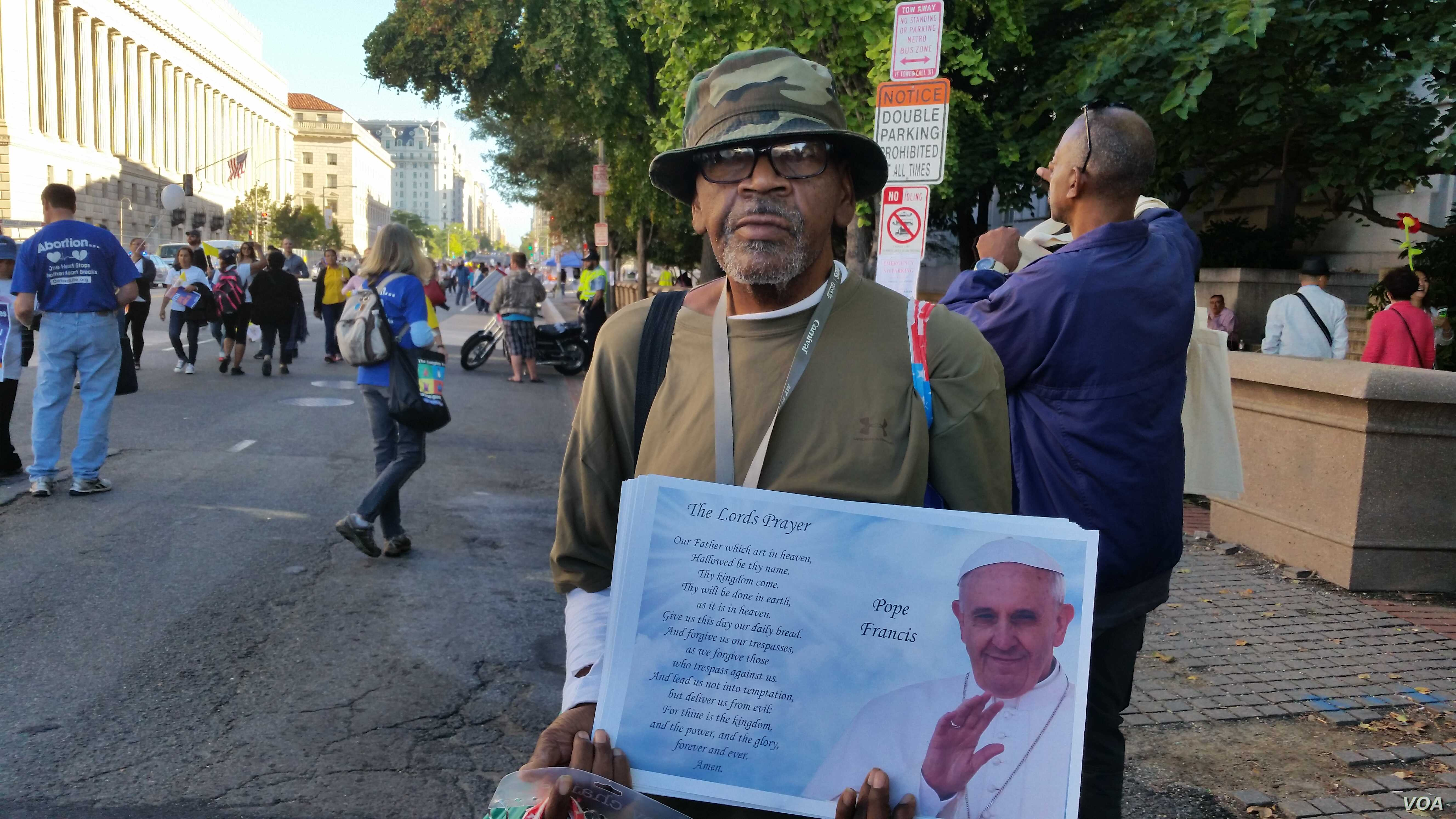 A vendor sells souvenirs during the pope's visit to Washington, Sept. 23, 2015 (R. Green/VOA)
