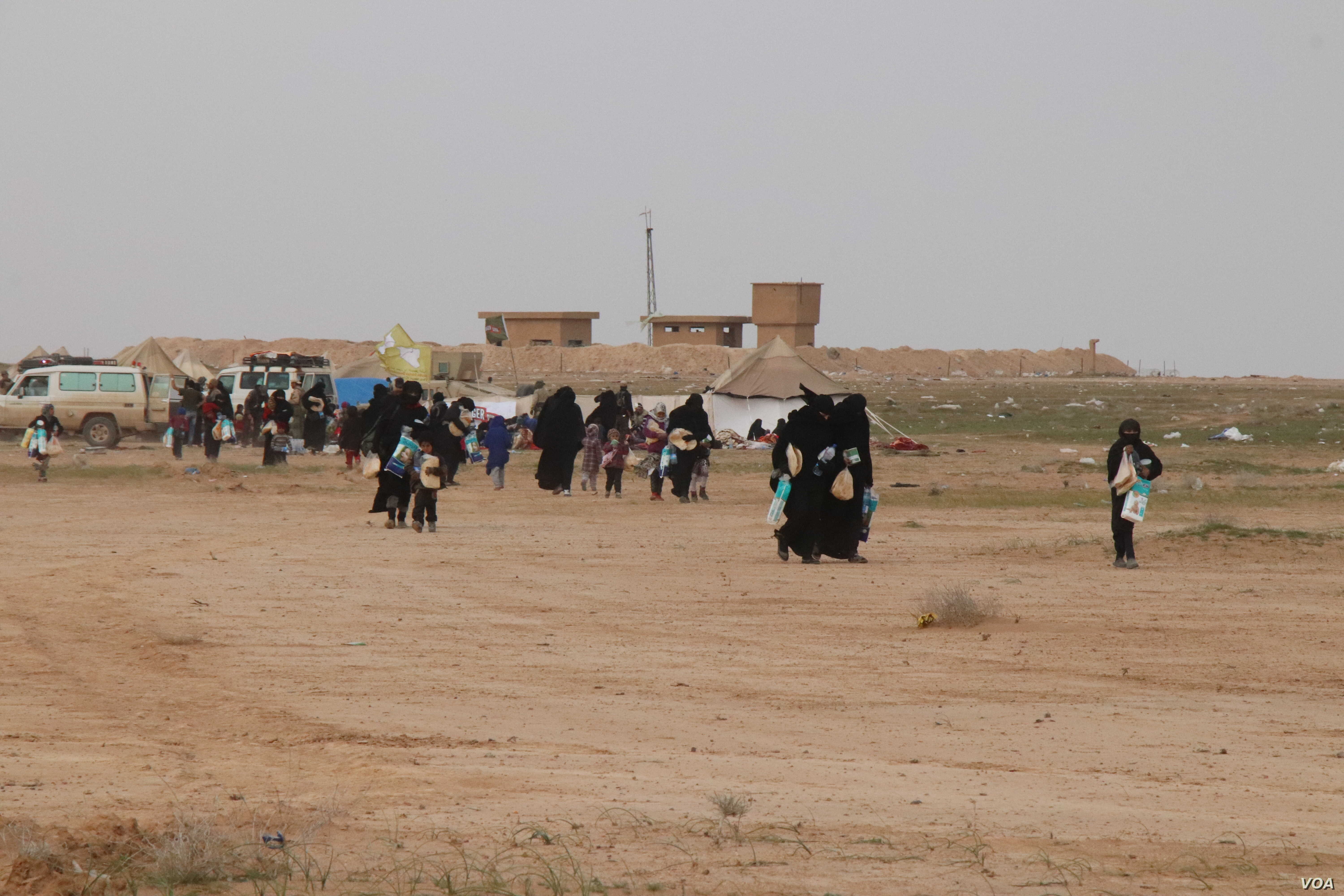 As women and children continue to evacuate Baghuz, aid organizations say they are increasingly coming out injured, sick or dying.  Pictured near Baghuz on Feb. 26, 2019. (H.Murdock/VOA)