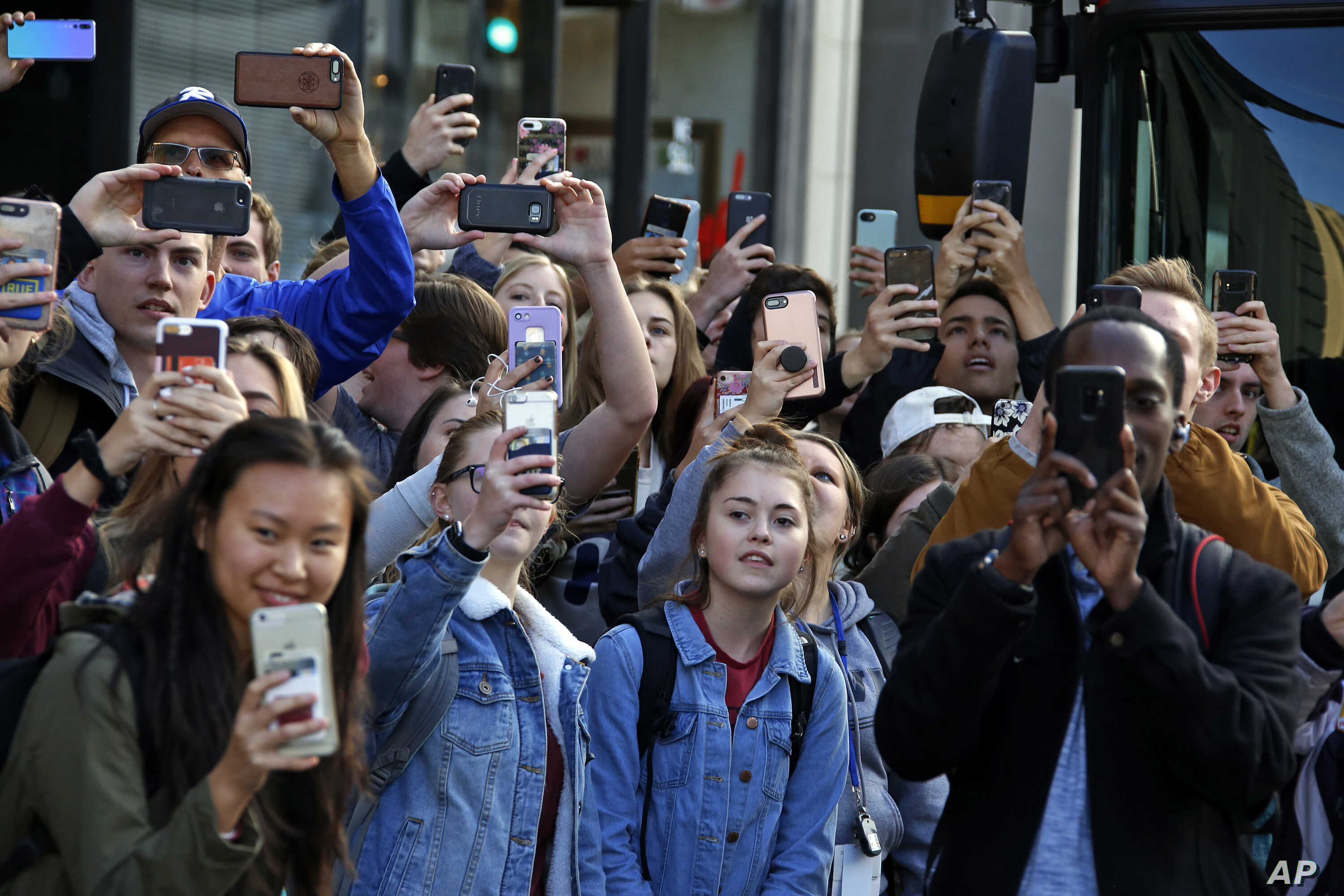 University of Pittsburgh students line the sidewalk across the street from the University of Pittsburgh's Presbyterian Hospital as President Donald Trump's motorcade arrives at the University of Pittsburgh's Presbyterian Hospital in Pittsburgh, Oct. ...