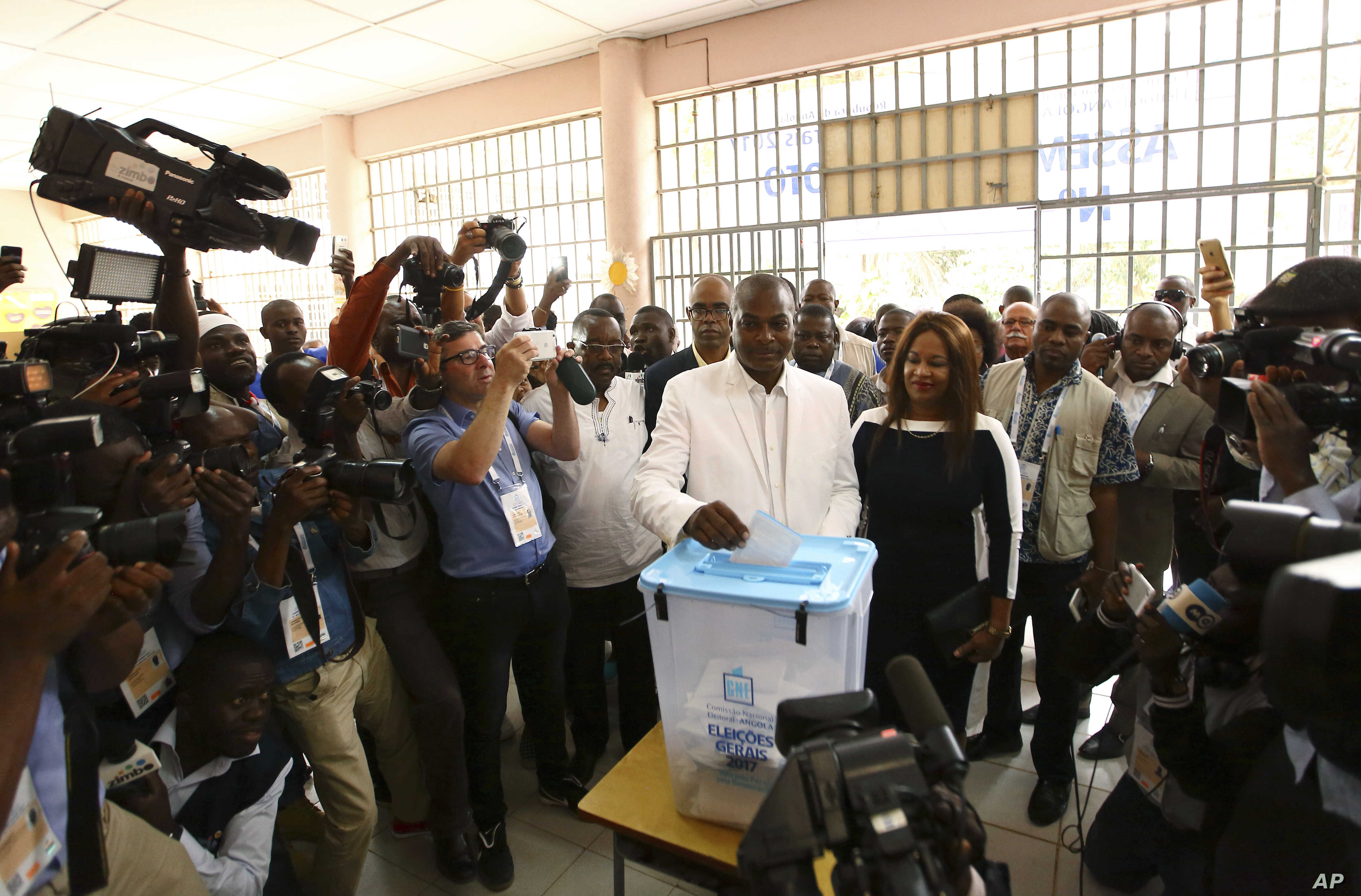 Abel Chivukuvuku, opposition CASA-CE candidate, casts his vote in elections in Luanda, Angola, Aug. 23, 2017.