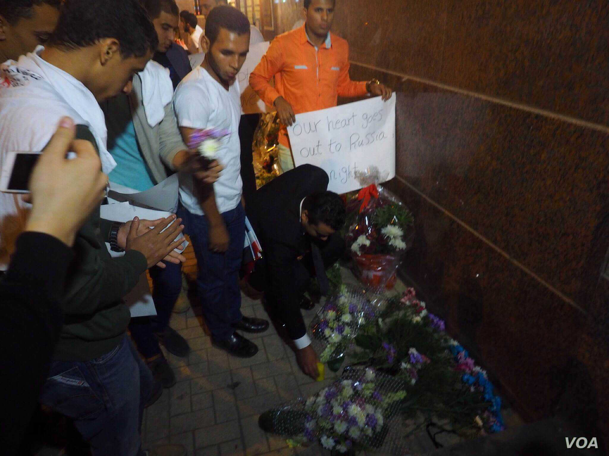 Young people gathered outside the Russian Embassy in Cairo, Egypt, Sunday night to mourn the victims and show their solidarity with Russian families, Nov. 1, 2015. (Photo: Hamada Elrasam for VOA)