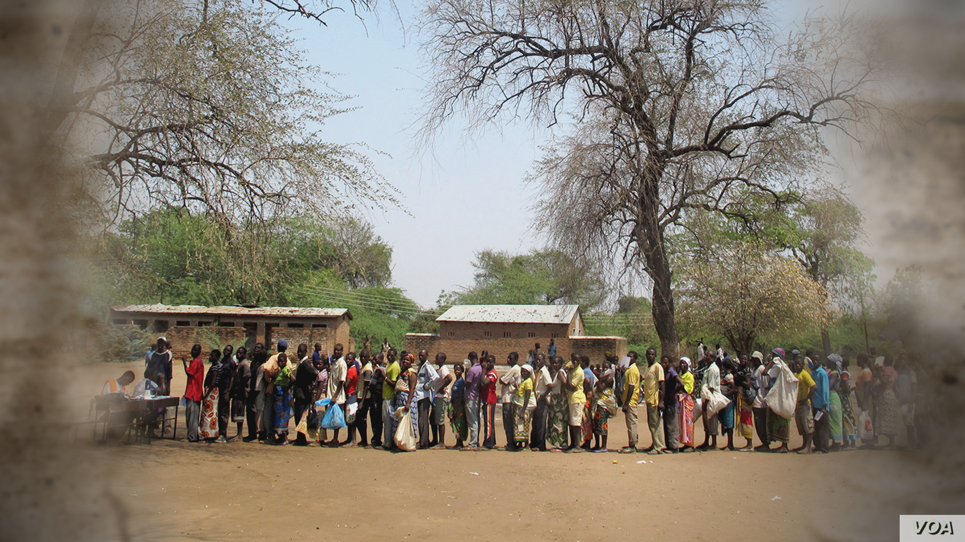 The line is long at a food-distribution site in Malawi. (Credit: WFP)
