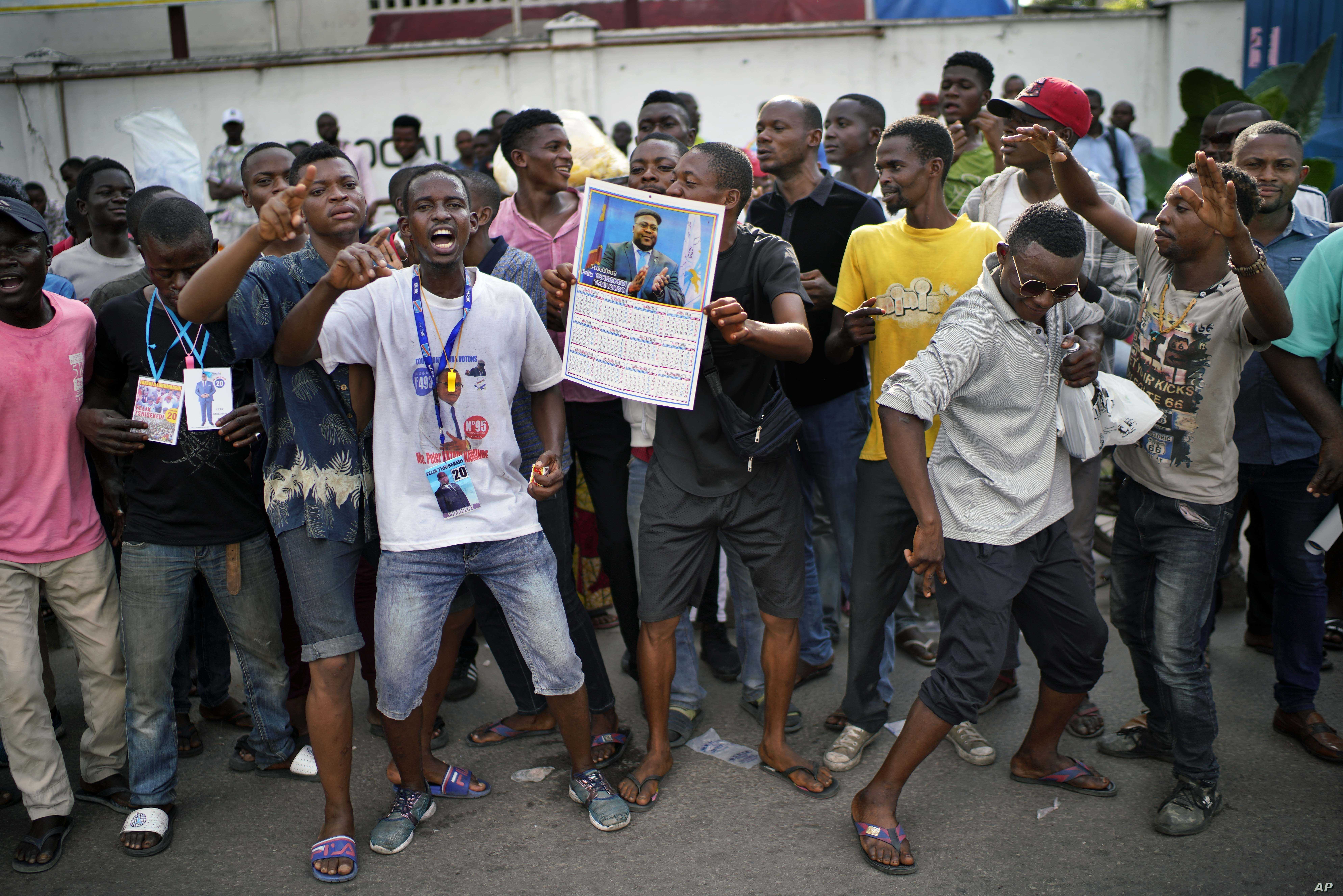 Congolese supporters of opposition presidential candidate Felix Tshisekedi stand outside the UDPS party headquarters in Kinshasa, Congo, Jan. 7, 2019.