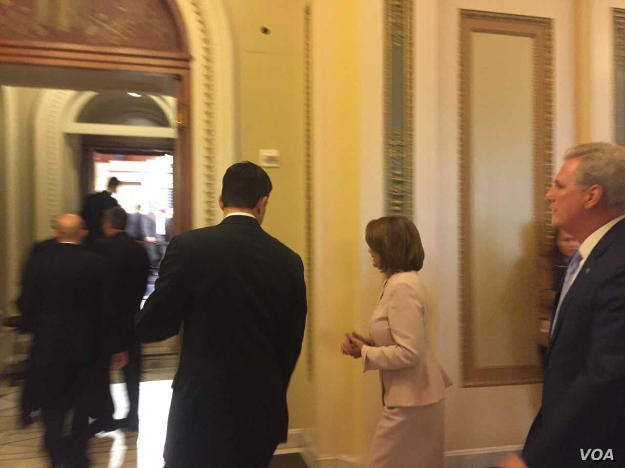 House Majority Leader, Republican Paul Ryan (center) walks with House Minority Leader, Democrat Nancy Pelosi (right) into House of Representatives chamber for new member swearing in ceremony, Jan. 3, 2017. (Photo: K. Gypson / VOA)