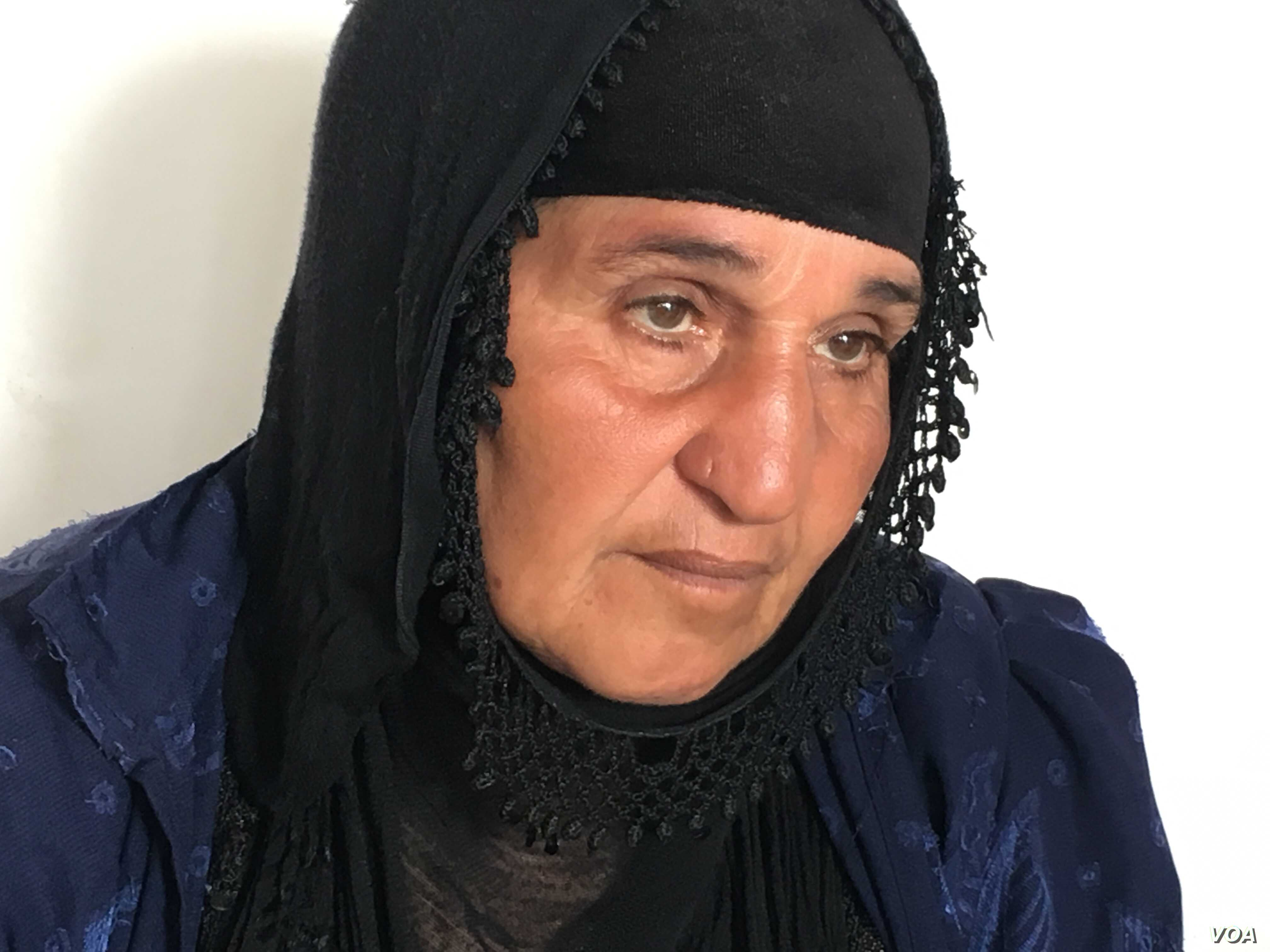 Iraqi village woman who has survived 13 years of war and 2 years under IS, now in a refugee camp outside Makhmour, Iraq, April 11, 2016. (S. Behn/VOA)