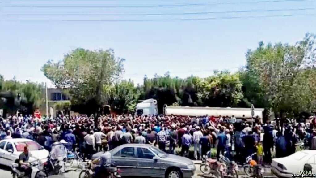 Hundreds Protest Currency Slump in Central Iran's Isfahan