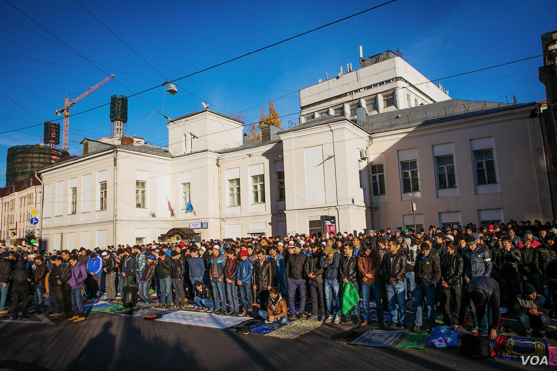 Moscow has one mosque for 500,000 Muslims. On religious holidays, like Eid Al-Adha, tens of thousands of faithful pray in streets specially blocked off near mosques, Moscow, Oct. 15, 2013. (Vera Undritz for VOA)