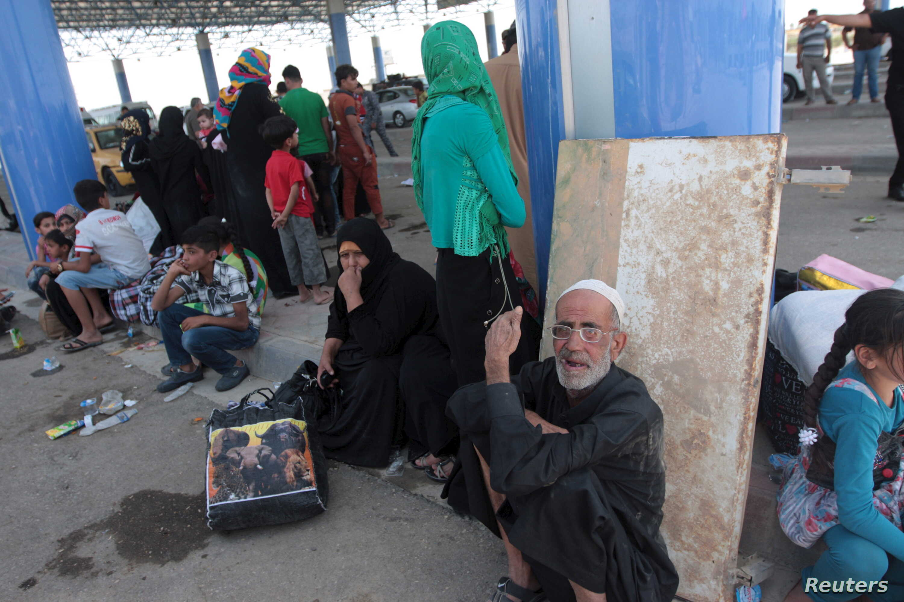 Displaced Sunni people fleeing the violence in the city of Ramadi arrive at the outskirts of Baghdad, May 19, 2015. Islamic State fighters who overran Ramadi in a major defeat for the Iraqi government and its Western backers tightened their grip on t...
