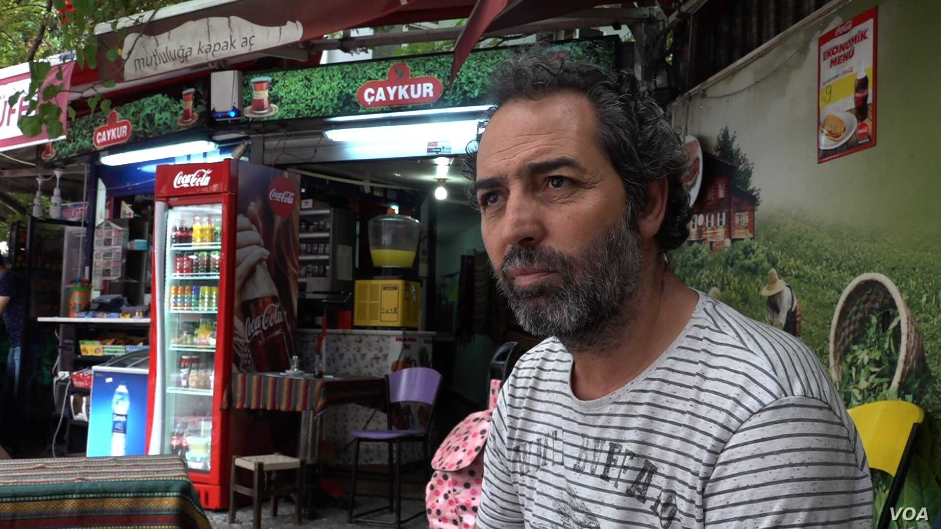 Tea shop owner Aslan Yuce says he sees fear in people's eyes as the value of Turkey's currency falls, Istanbul, Turkey, Aug. 17, 2018. (D. Jones/VOA News)
