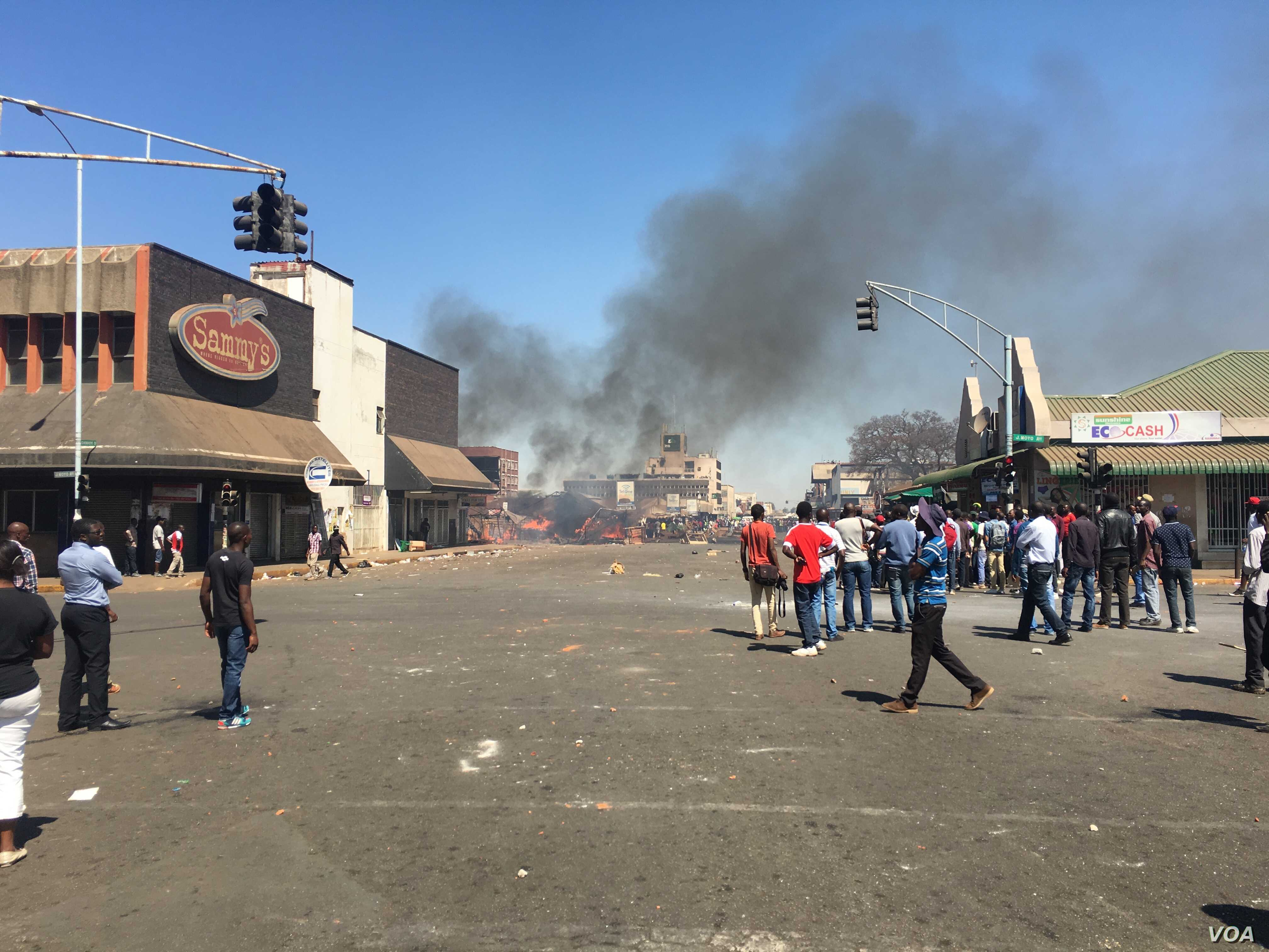 Protests are set to return to streets of Harare over proposed bondnotes following the expiration of a police month-long ban of demonstrations, Harare, Zimbabwe, Aug. 26, 2016. (S. Mhofu). Since July, Zimbabweans have been protesting against human rig...