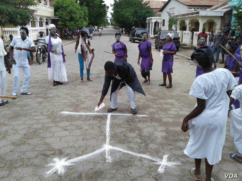 A man draws a vèvè symbol – common in voodoo, a religion known in Haiti as Vodou – during a celebration of Fèt Gede in the northeast Haitian city of Fort-Liberte, Nov. 1, 2017. (Jaudelet Junior Saint Vil/VOA)