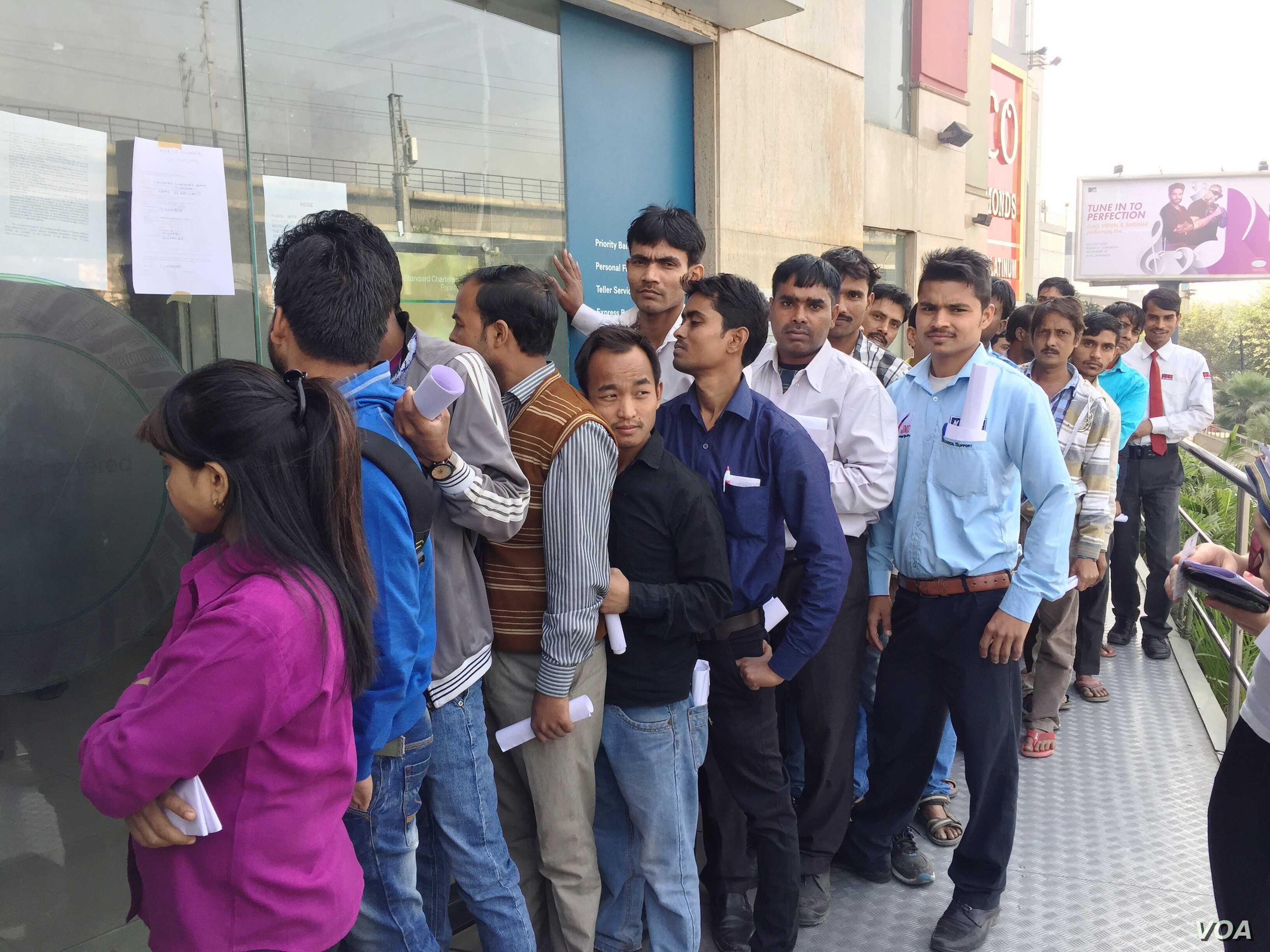 Customers line up outside a New Delhi bank to exchange outdated currency or make withdrawals. (A. Pasricha/VOA)