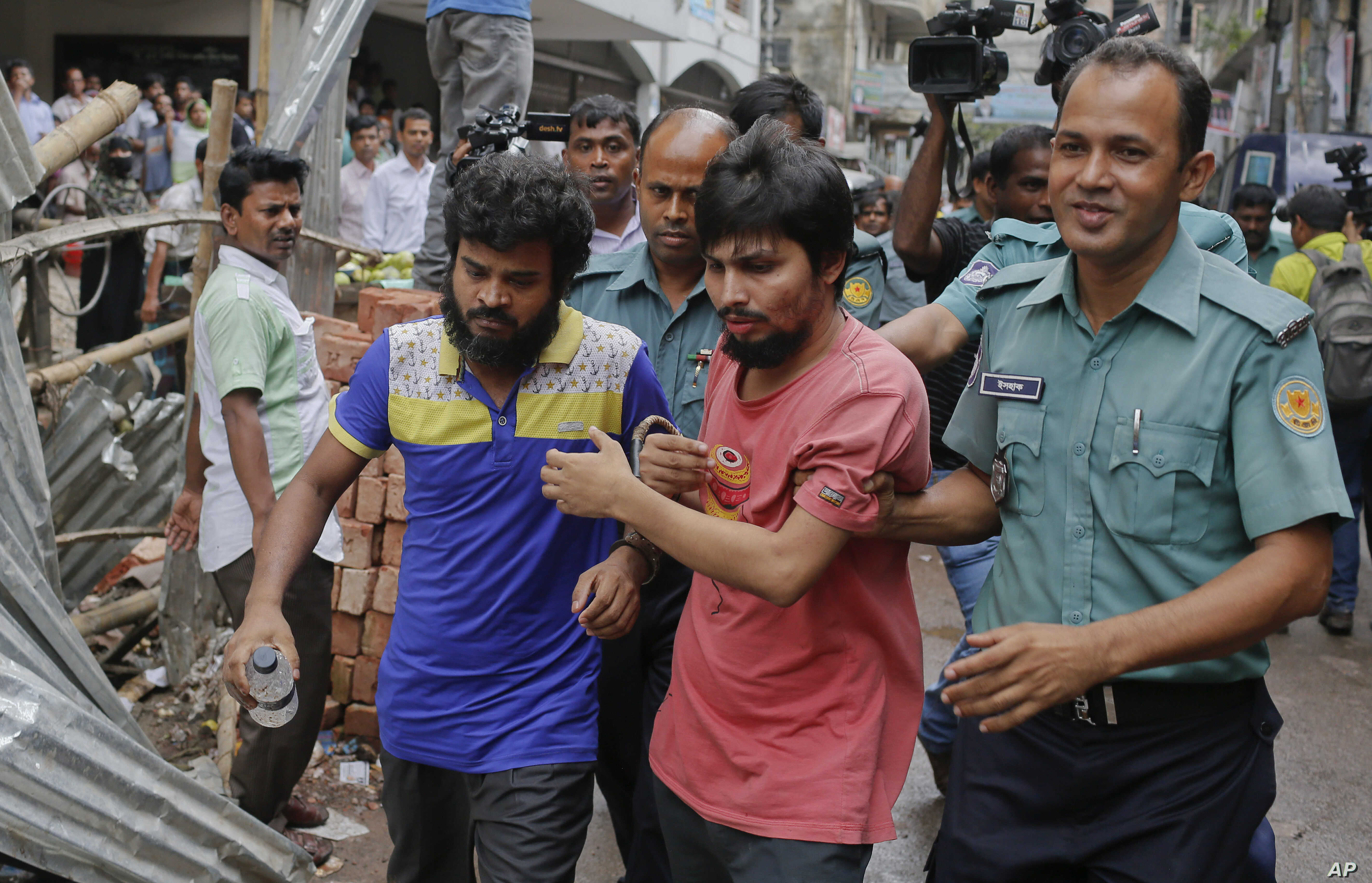 Suspected members of the banned Islamic militant outfit Ansarullah Bangla Team, Sadek Ali (second right) and Aminul Mollick (front left) are escorted by policemen along with another suspect from a court in Dhaka, Bangladesh, Aug. 19, 2015.