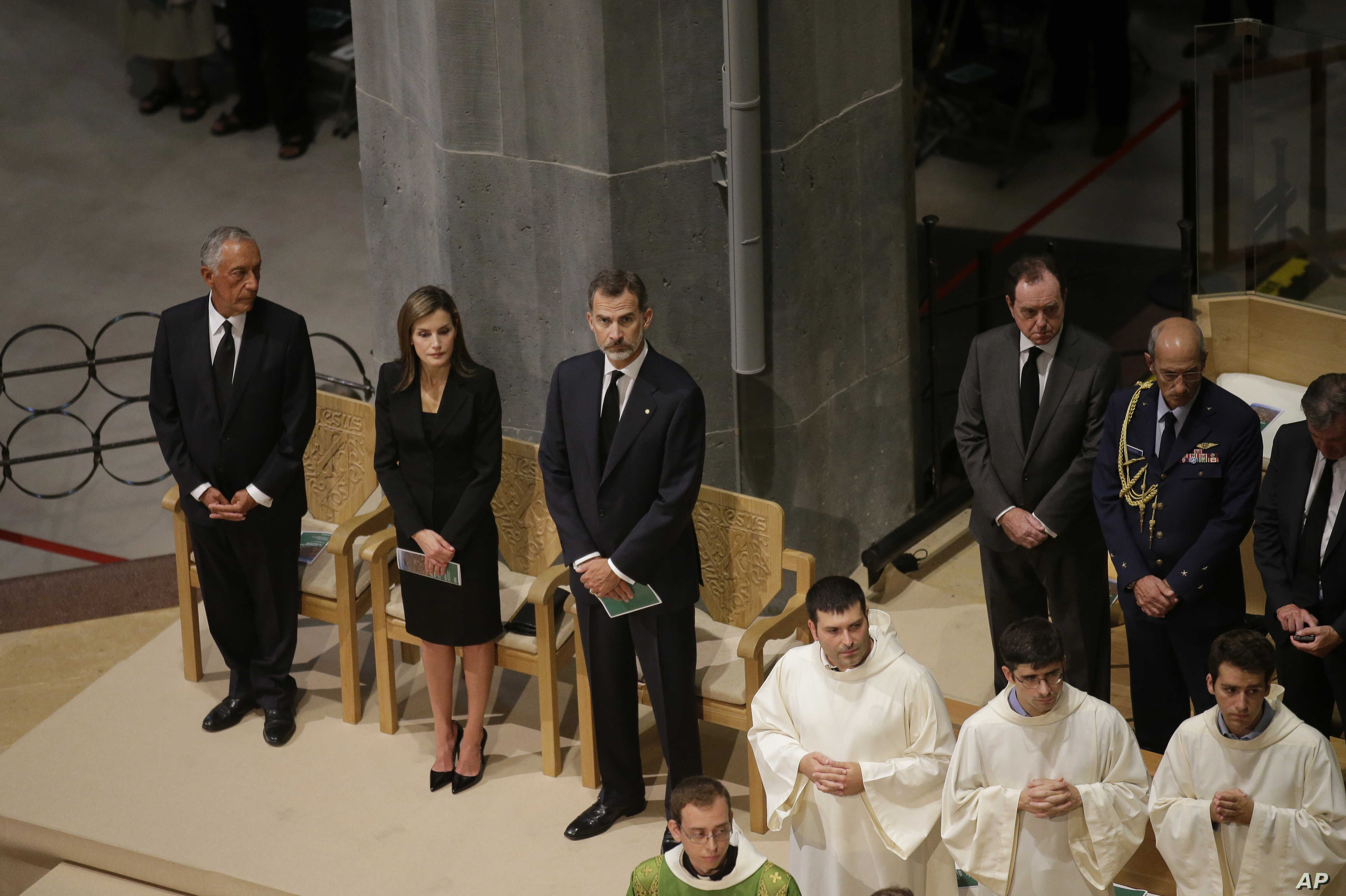 Spain's Queen Letizia, 2nd left and King Felipe, 3rd left attend a solemn Mass at Barcelona's Sagrada Familia Basilica for the victims of the terror attacks that killed 14 people and wounded over 120 in Barcelona, Aug. 20, 2017.