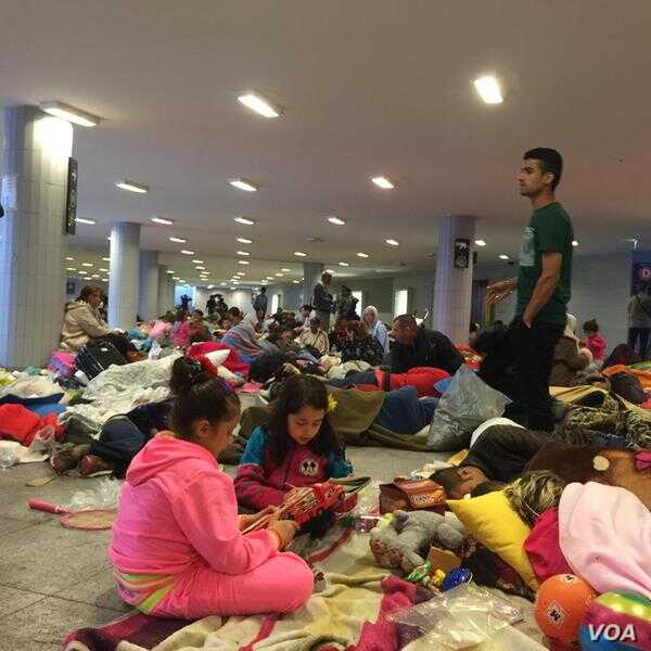 Most refugees have left Budapest's Keleti station but 100s who missed buses to Austrian border remain. (Luis Ramirez/VOA)