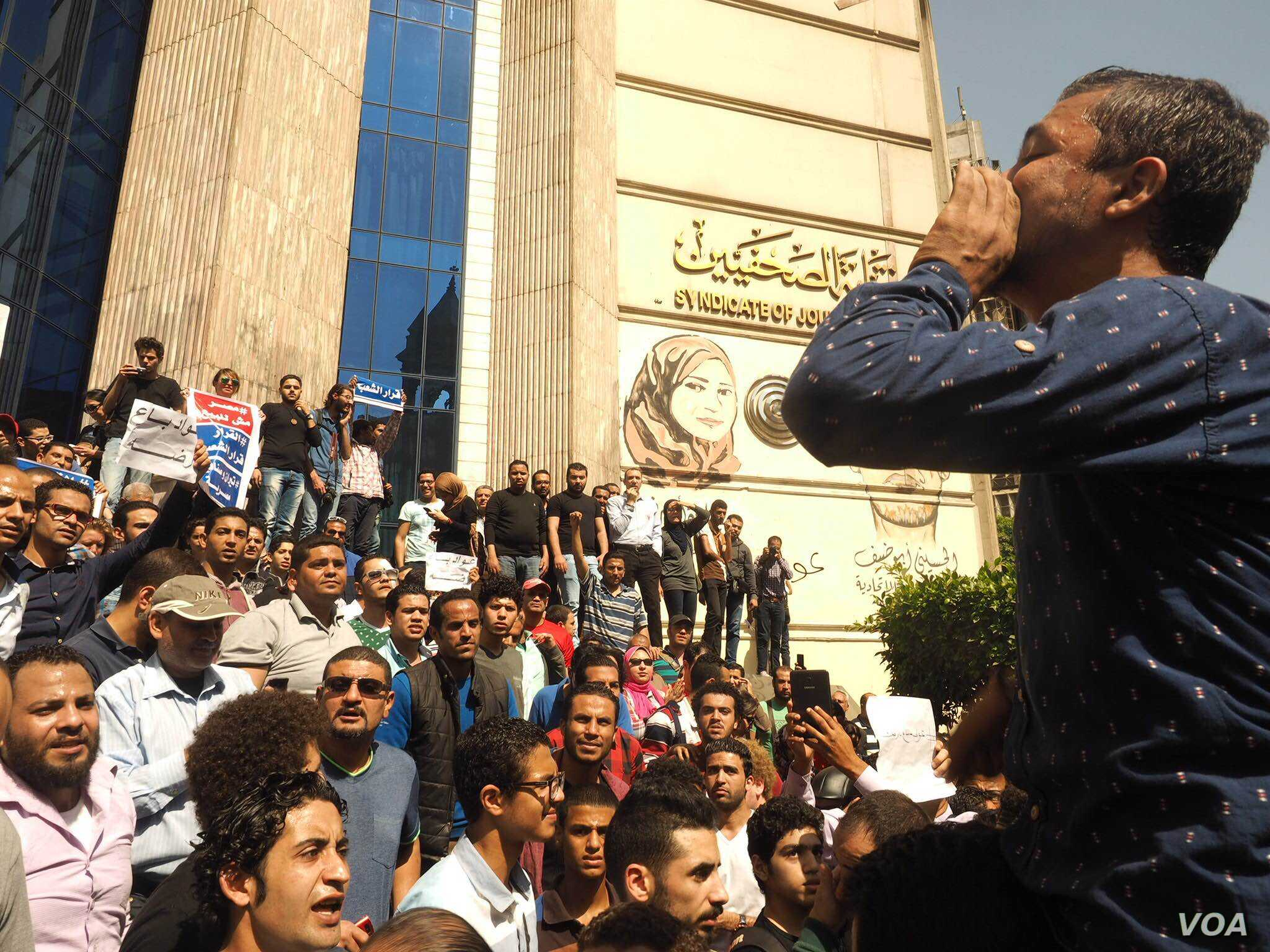"""Overt government opposition on the streets has been rare in the past two years, but protesters say the islands were """"the straw that broke the camel's back"""" in downtown Cairo, April 15, 2016. (VOA/H. Elrasam)"""