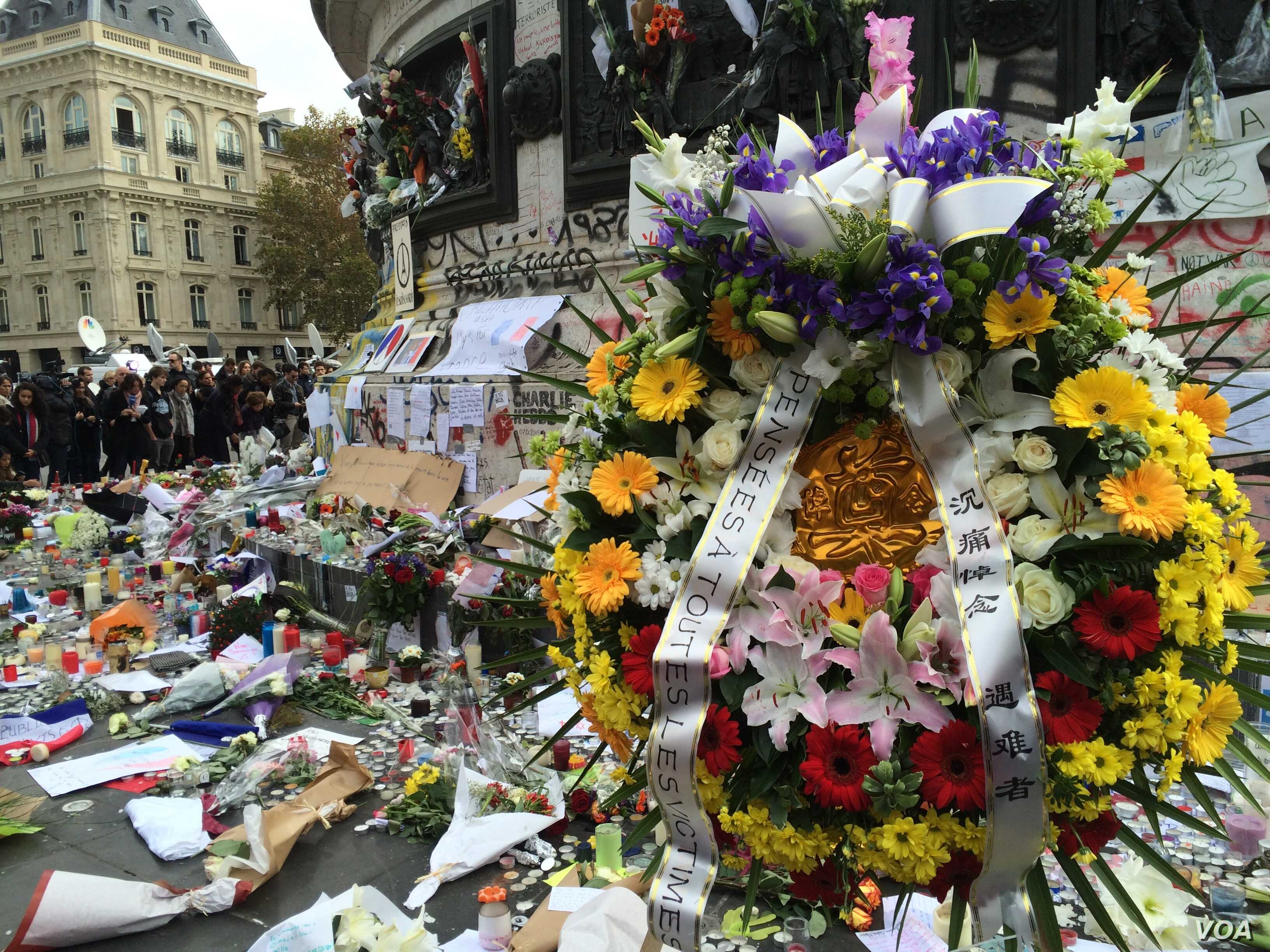 Mementos, flowers and messages left at the Place de la Republique in Paris, France in honor of the November 13 terror attacks, Nov. 16, 2015. (Photo: D. Schearf / VOA)