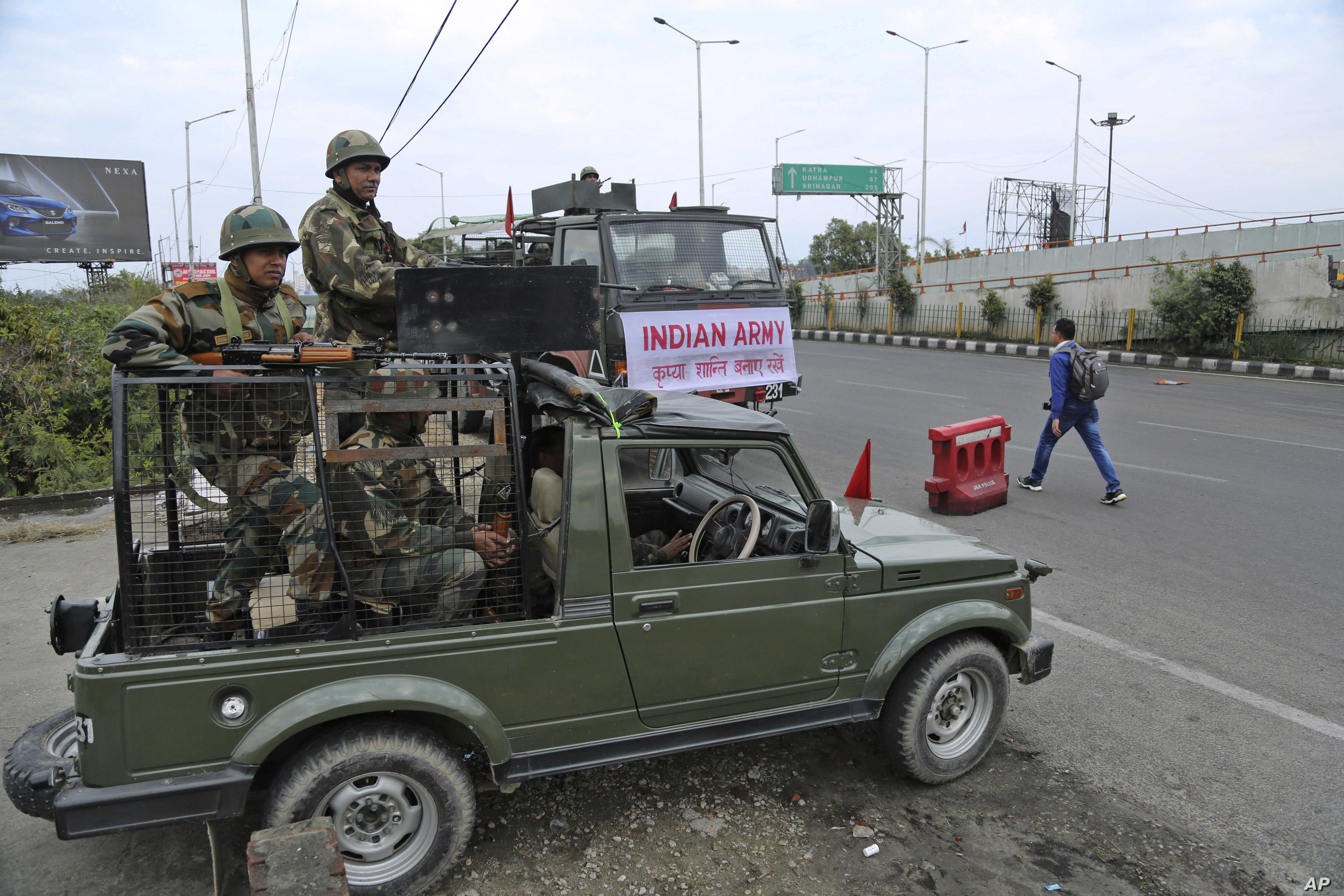 Indian army soldiers vigil during the fourth consecutive day of curfew in Jammu, the winter capital of Jammu and Kashmir state, Feb.18, 2019.