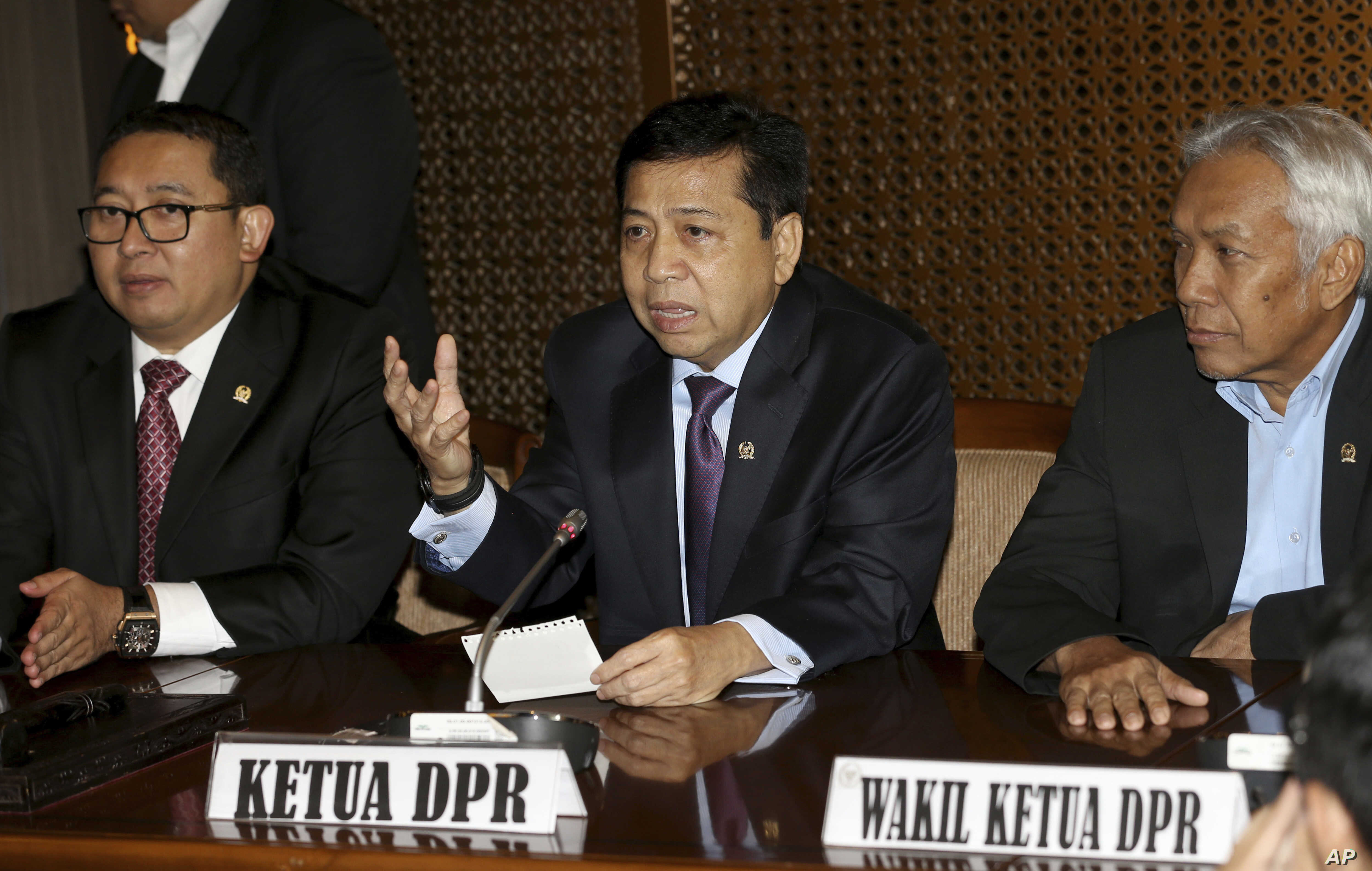 FILE - Indonesian House Speaker Setya Novanto, center, speaks, while accompanied by deputy speakers Fadli Zon, left, and Agus Hermanto, right, during press conference in Jakarta, Indonesia.