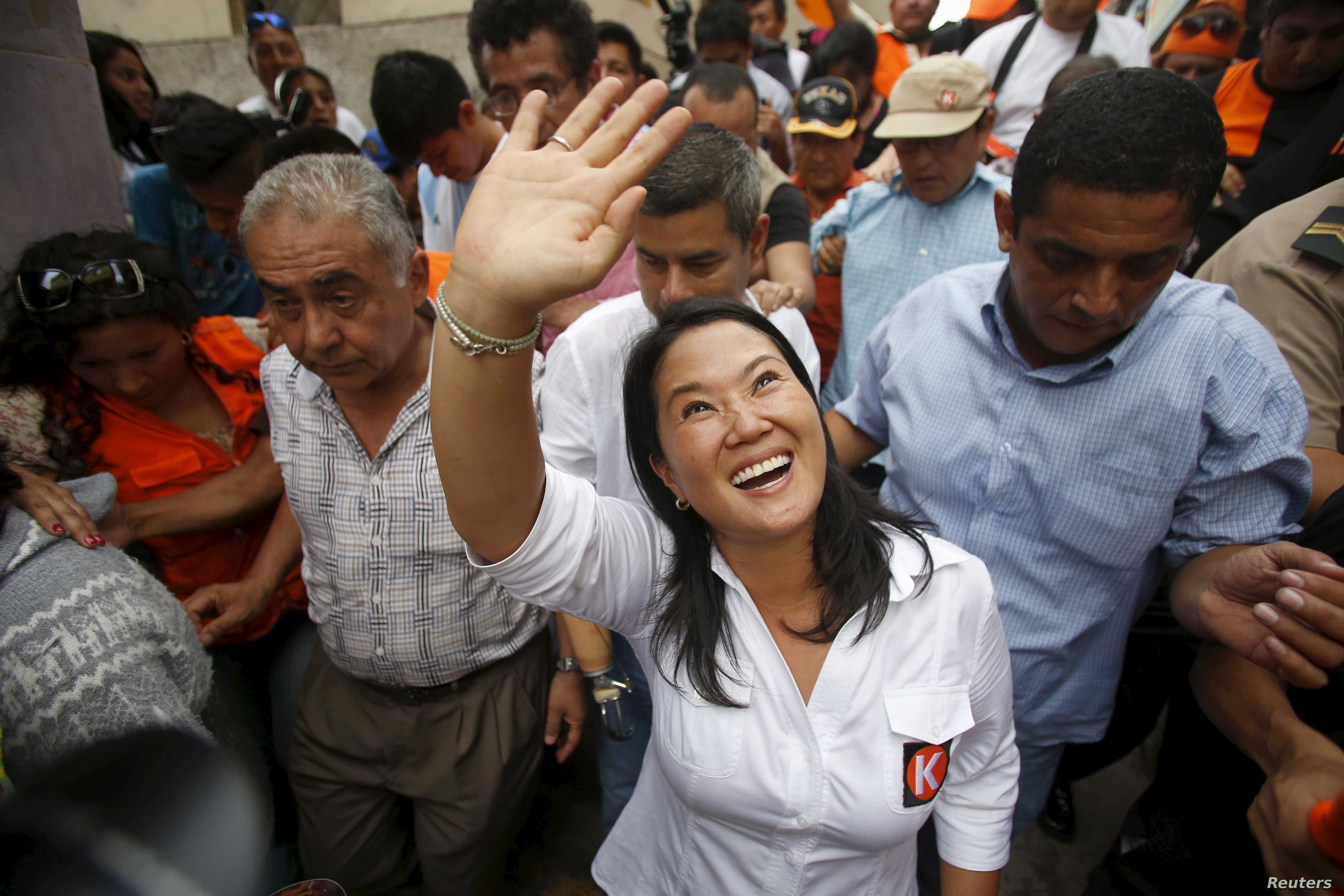Peruvian presidential candidate Keiko Fujimori greets supporters at Cerro San Cosme on the outskirts of Lima, January 8, 2016.