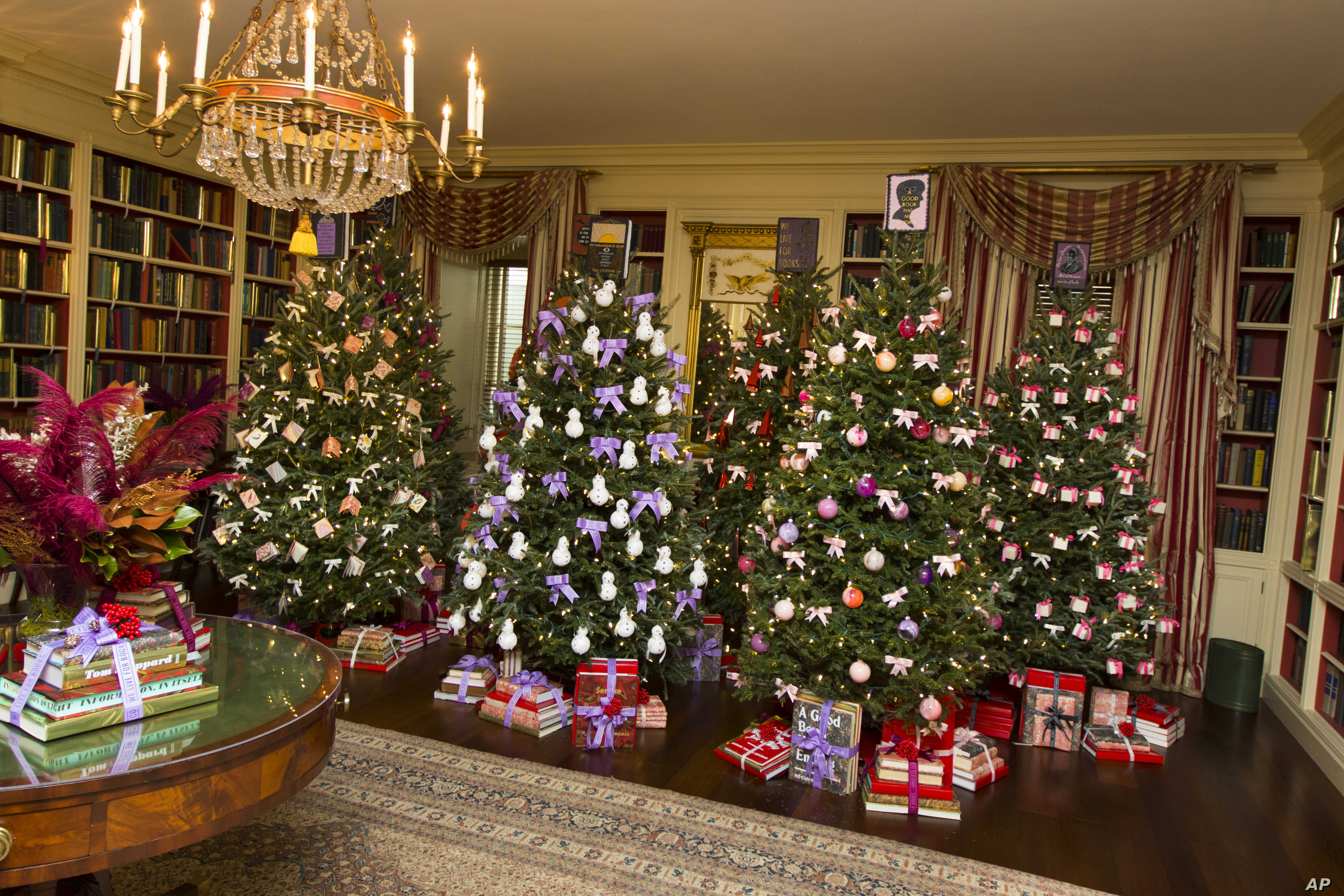 White House Christmas Decorations 2019.Us First Lady S Clothing Designers Decorate White House