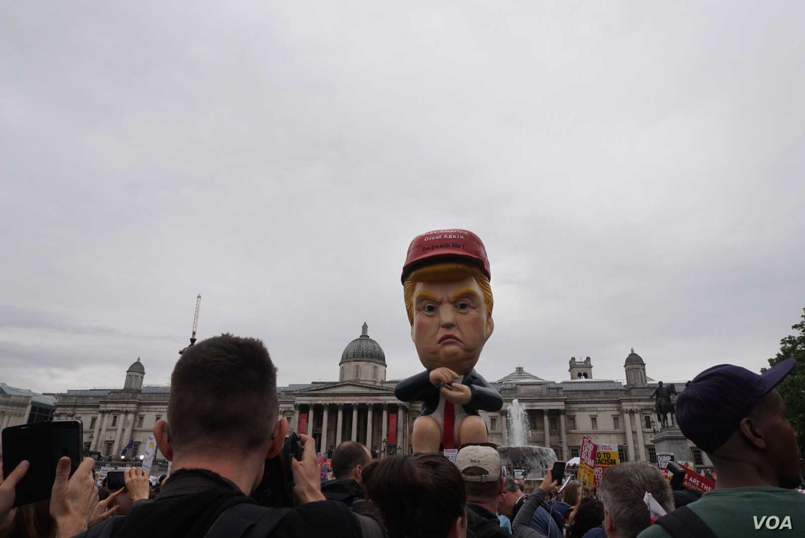 Protesters gather in London in front of an effigy of US President Donald Trump. (J. Dettmer for VOA)
