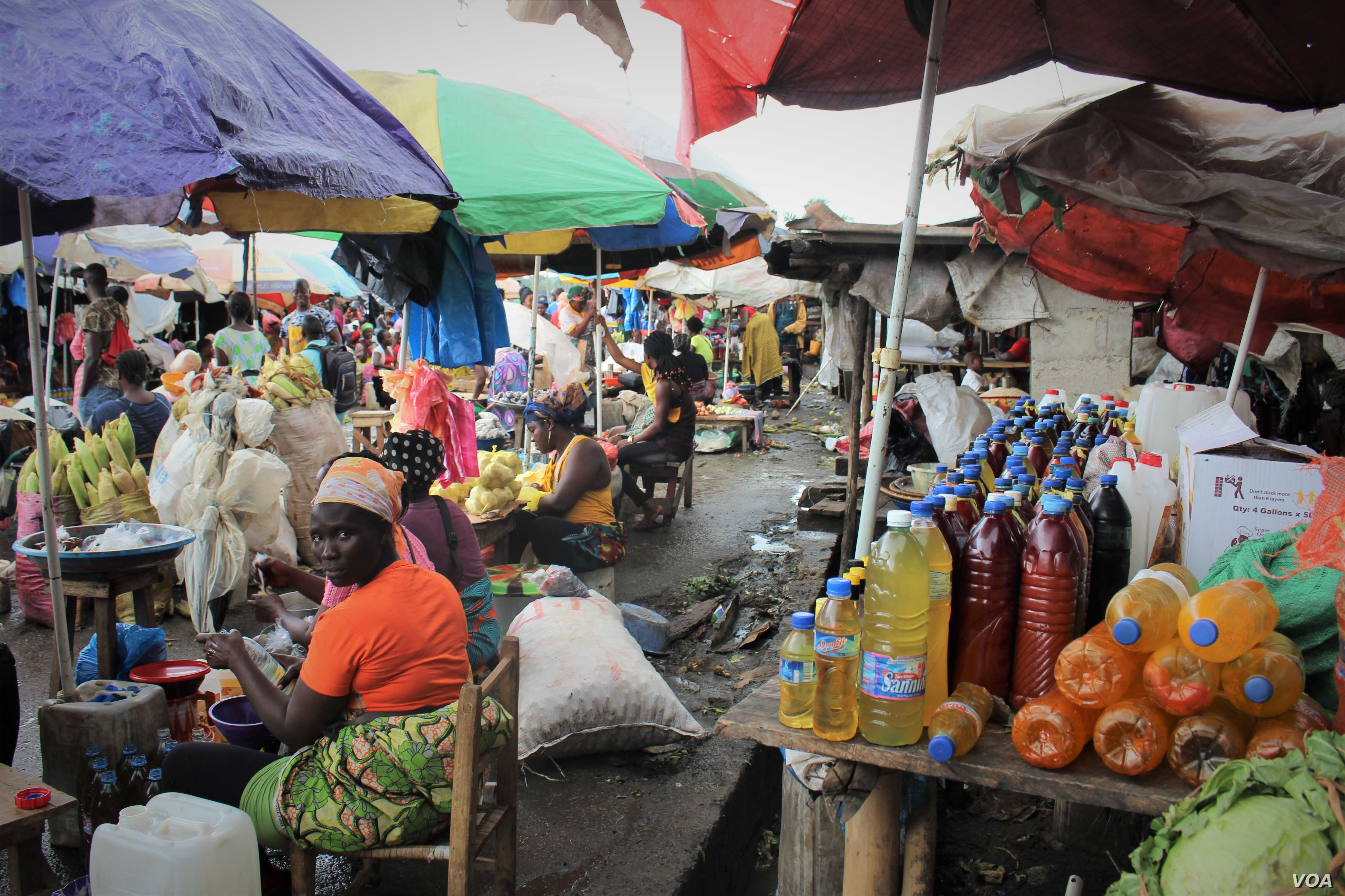 A depreciating Liberian dollar is causing food prices to increase at Monrovia's Gorbachop market. (Lucinda Rouse/VOA)
