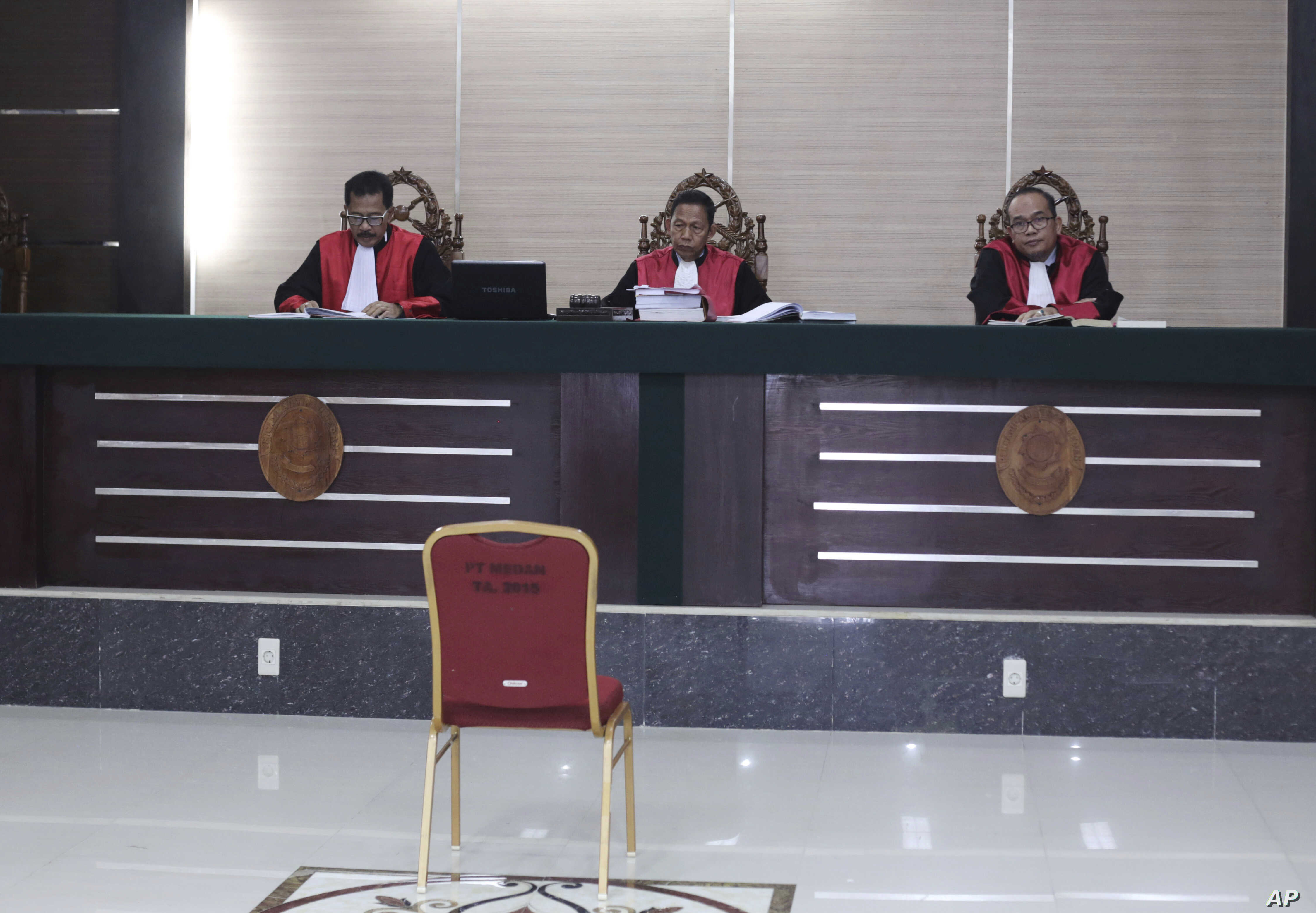 Indonesian judge Daliun Sailan, center, reads the court's decision to uphold an 18-month prison sentence for ethnic Chinese woman Meiliana convicted of blasphemy, at High Court in Medan, North Sumatra, Oct. 25, 2018.