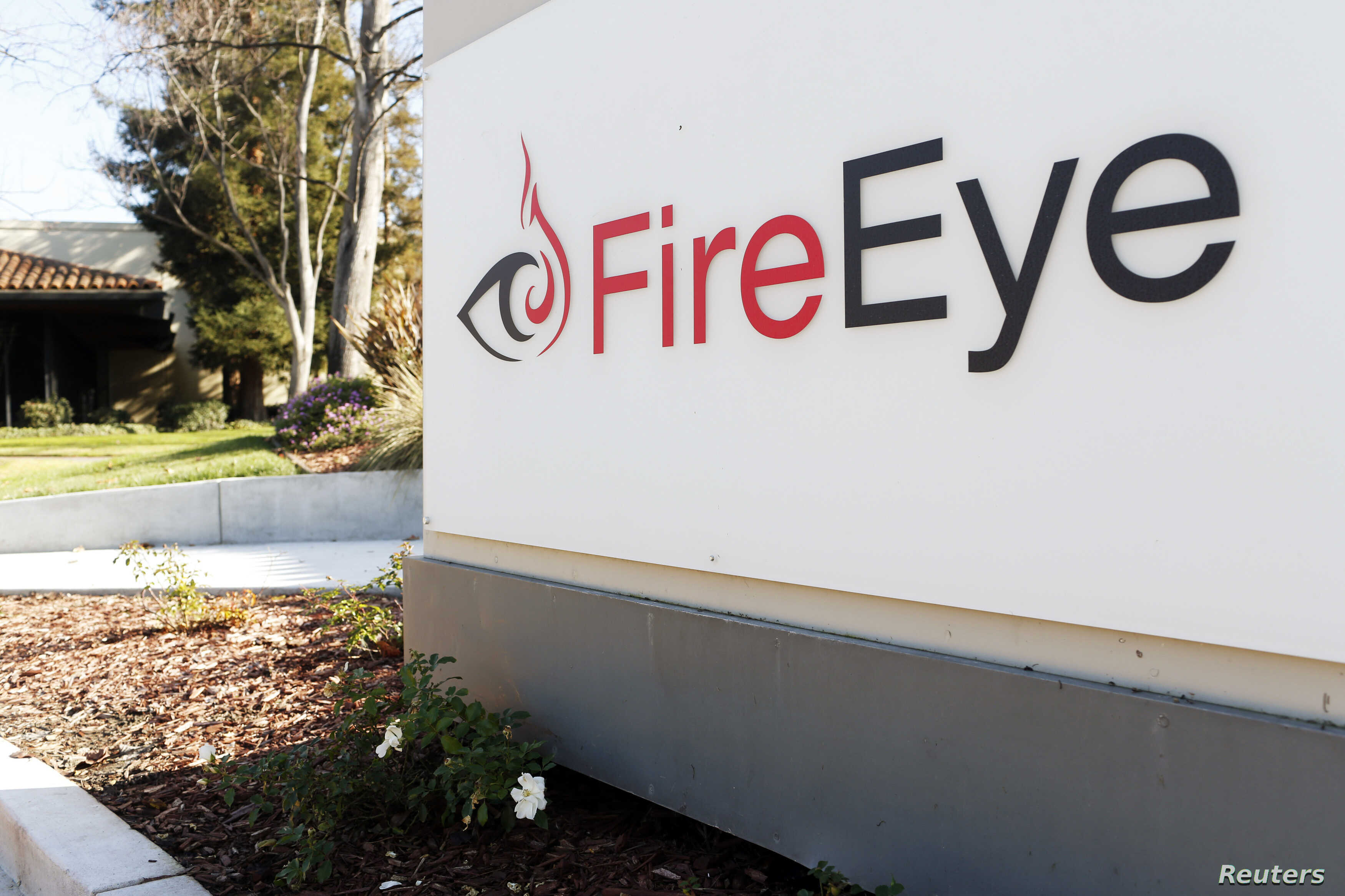 "The FireEye logo is seen outside the company's offices in Milpitas, California, December 29, 2014. FireEye is the security firm hired by Sony to investigate last month's cyberattack against Sony Pictures. Picture taken December 29.     REUTERS/Beck Diefenbach (UNITED STATES - Tags: BUSINESS SCIENCE TECHNOLOGY CRIME LAW LOGO) - RTR4JTRG 美国加州的网络安全公司""火眼(FireEye)""的标徽(2015年1月1日)"