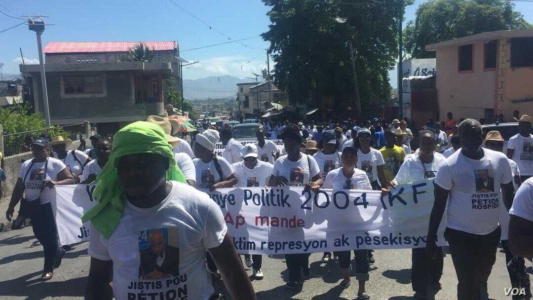 Protesters make their way to the Ministry of Justice, in Port-au-Prince, Haiti, June 16, 2019. (M. Vilme/VOA Creole)