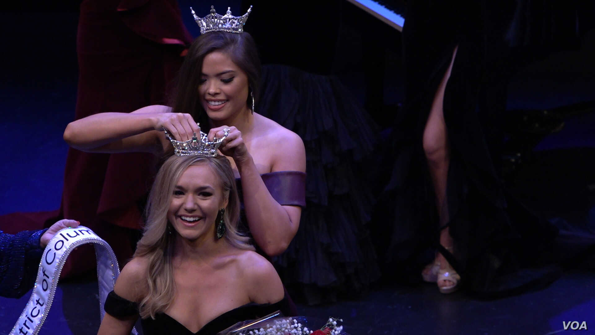 2018 Miss DC Allison Farris handing over the reign to Miss DC 2019 Katelynne Cox.