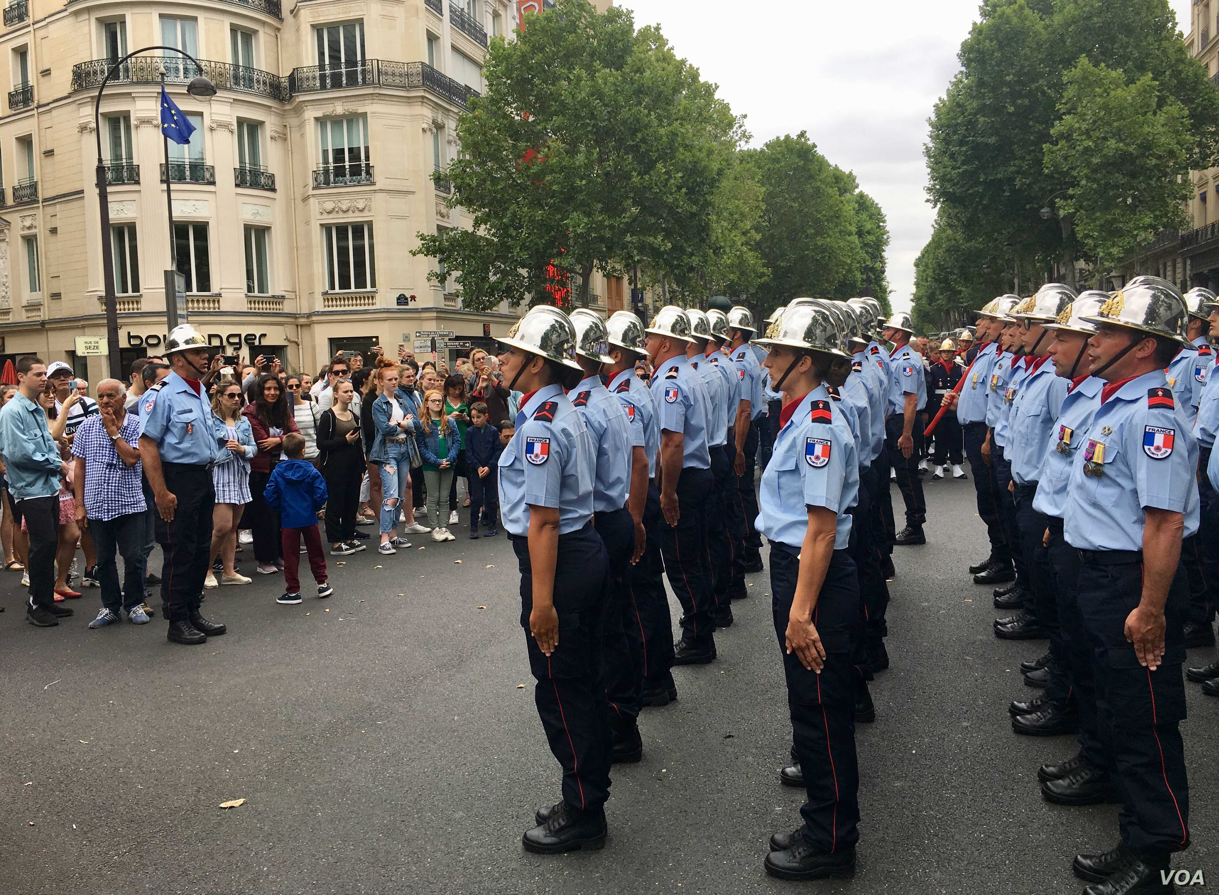 Crowds inspect French forces at the conclusion of the Bastille Day parade, in Paris, France, July 14, 2019. (L. Bryant/VOA)