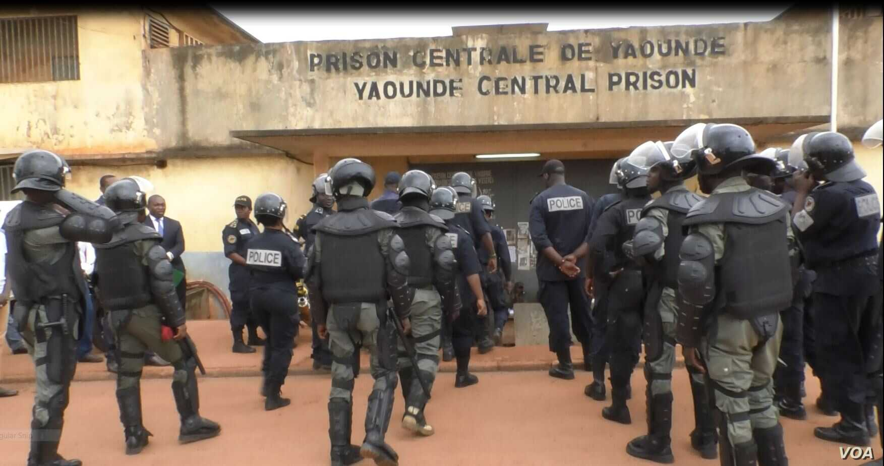 Deployment of the police at the Kondengui Central Prison, Yaounde, Cameroon, July 23, 2019. ( M. Kindzeka, VOA)
