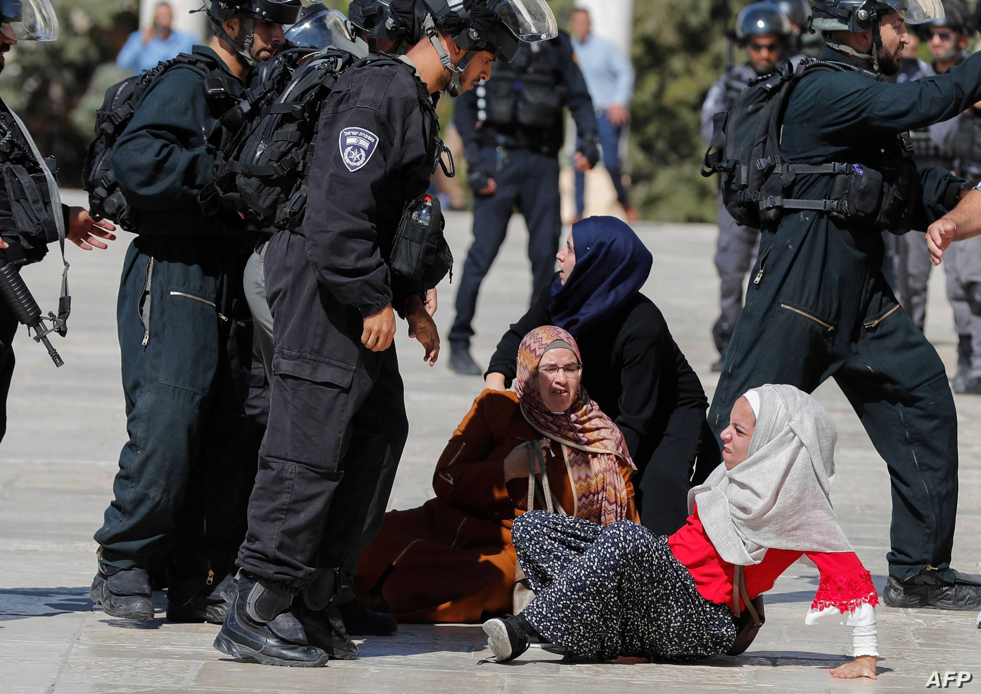 TOPSHOT - Israeli security forces scuffle with Palestinians at the al-Aqsa Mosque compound in the Old City of Jerusalem on August 11, 2019, as clashes broke out during the overlapping Jewish and Muslim holidays of Eid al-Adha and the Tisha B'av…