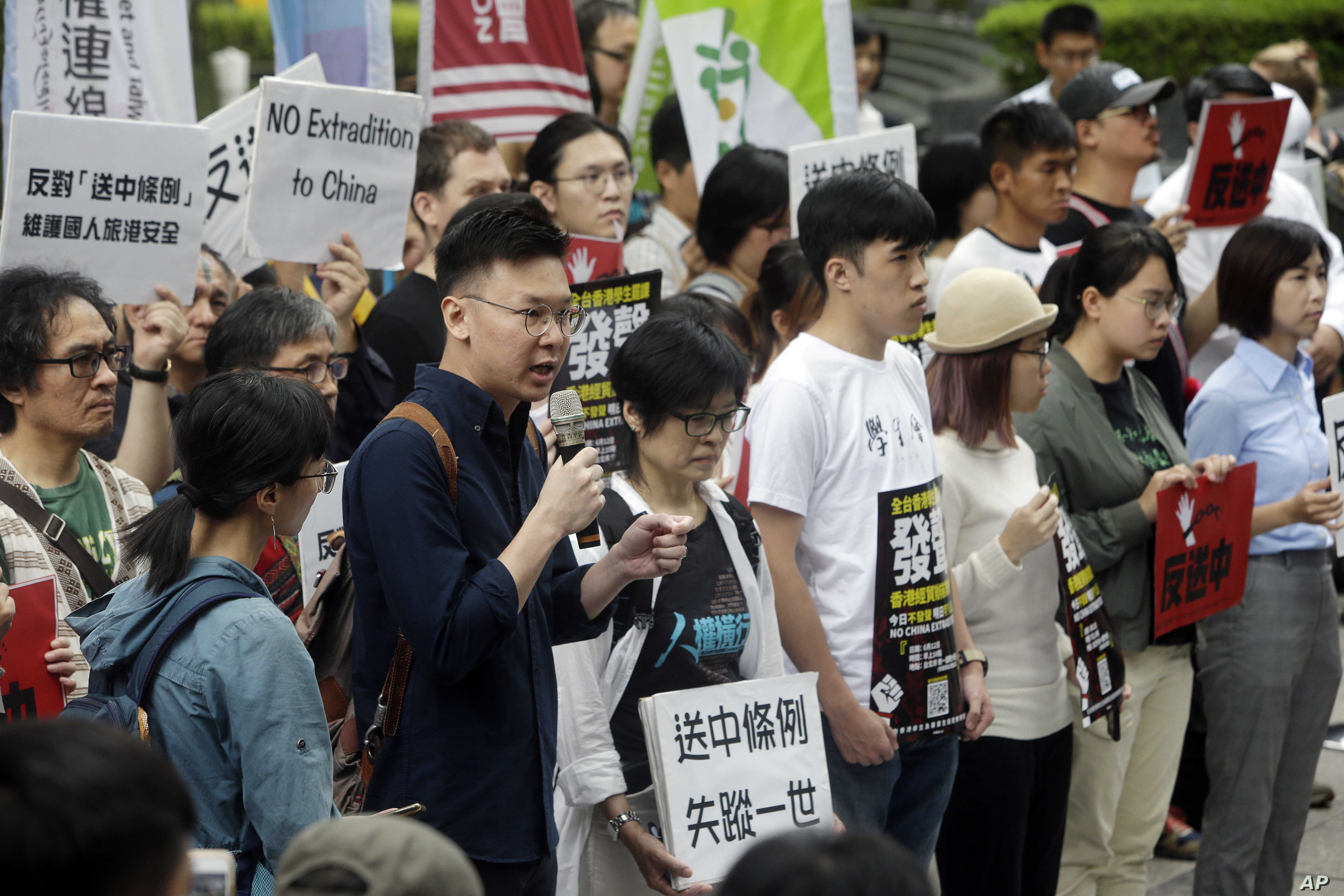 Taiwanese people gather to support Hong Kong people as the administration prepares to open debate on a highly controversial extradition law, in front of Hong Kong Economic, Trade and Culture Office in Taipei, Taiwan, June 12, 2019.
