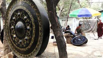 A giant gong at a workshop in Myanmar. (Z. Aung/VOA)