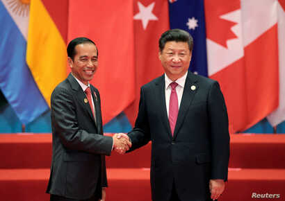 Chinese President Xi Jinping shakes hands with Indonesia's President Joko Widodo during the G20 Summit in Hangzhou, China, Sept. 4, 2016.