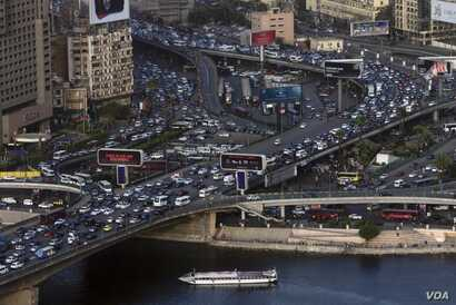 Overcrowding in Cairo is already contributing to pollution in the Nile. Experts say the problem may get worse if the dam chokes off the river's flow. Cairo, Egypt, Feb. 26, 2018. (H. Elrasam/VOA)