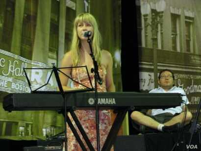 Lize Wiid, keys specialist and Levine's close musical collaborator