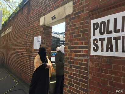 Voters are seen entering a polling station in London's largely Muslim Whitechapel neighborhood, London, May 5, 2016. (L. Ramirez/VOA)