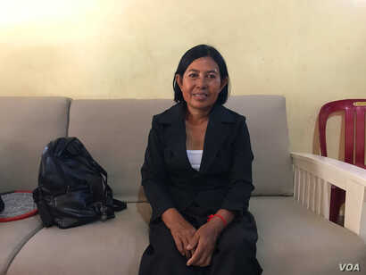 Ms. Taing Kim is one of the survivors during Khmer Rouge before leaving Cambodia to visit South Africa on July 31, 2017. (Hing Socheata/VOA Khmer)