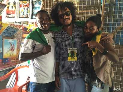 CCM supporters pose for a photo at a curio market in Dar es Salaam on October 24, 2015. (Jill Craig/VOA)