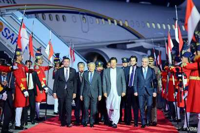 Prime Minister Imran Khan leads Malaysian Prime Minister Mahathir Mohamad and his entourage from their plane at the airport near Islamabad, March 21, 2019. (Photo courtesy o Pakistani prime minister's office)