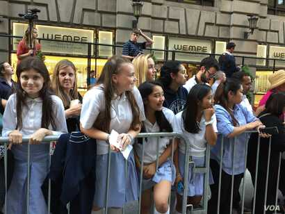 Catholic schoolgirls from the Dominican Academy and St. George Academy won a contest at their school to stand along the route, Sept. 24, 2015. (Credit: Carolyn Presutti/VOA)