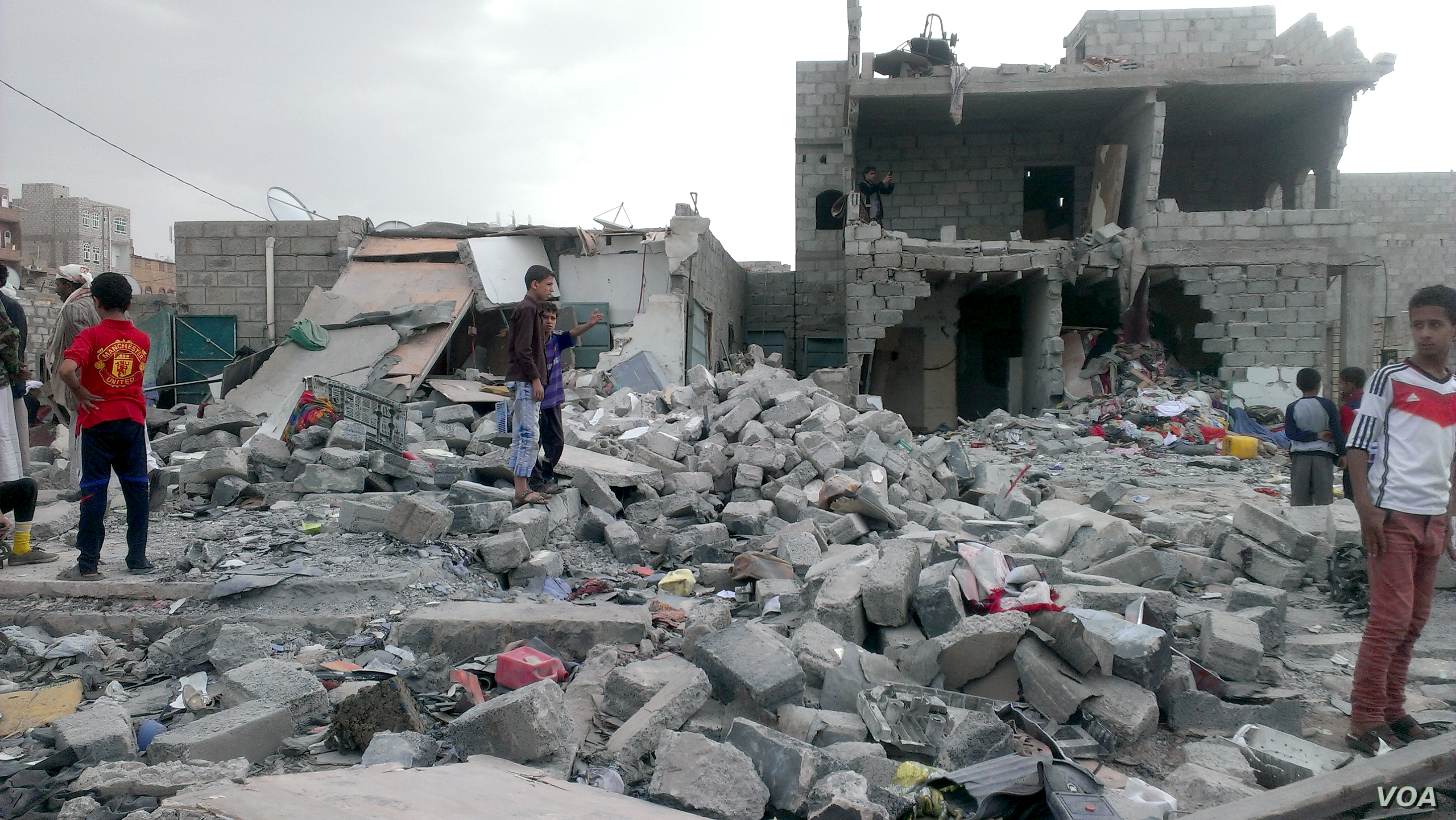 """Months after an airstrike on a neighborhood populated by black Yemenis, or """"Muhamasheen,"""" more than a hundred buildings still remain in rubble and survivors continue to search for any valuables, Sana'a, Yemen, Oct. 9, 2015. (Almigdad Mojalli/VOA)"""
